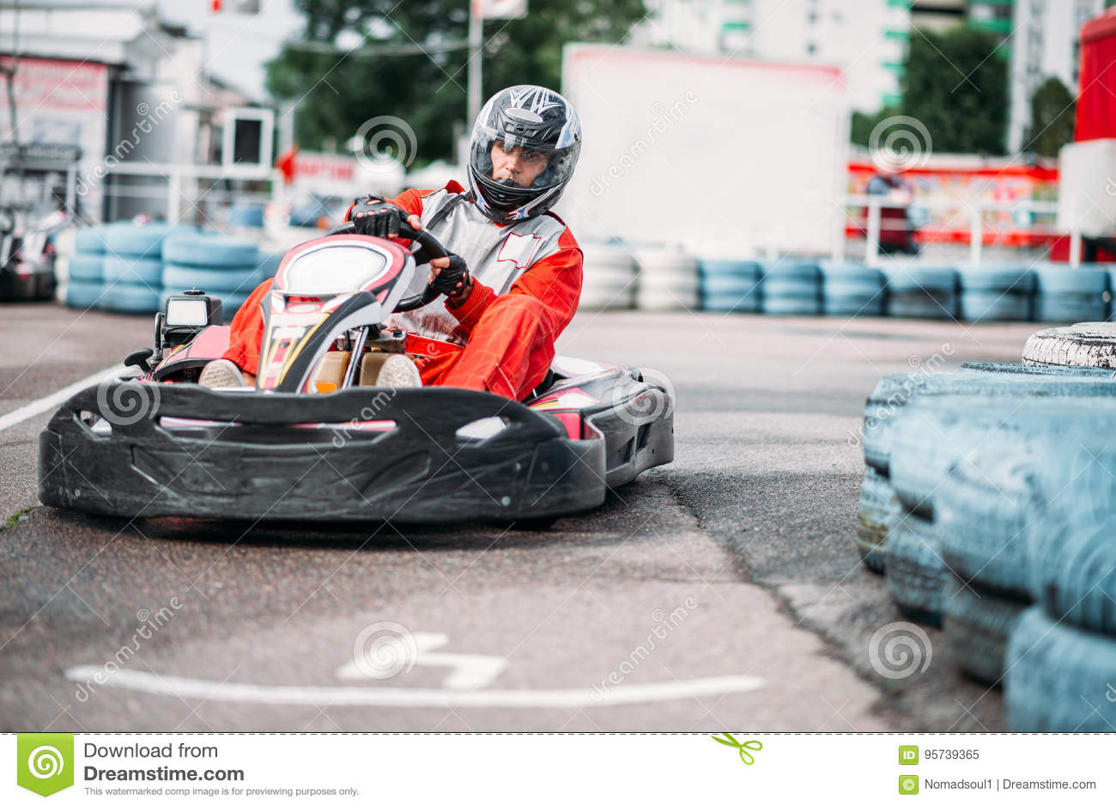 O piloto de Karting na ação, vai competição do kart