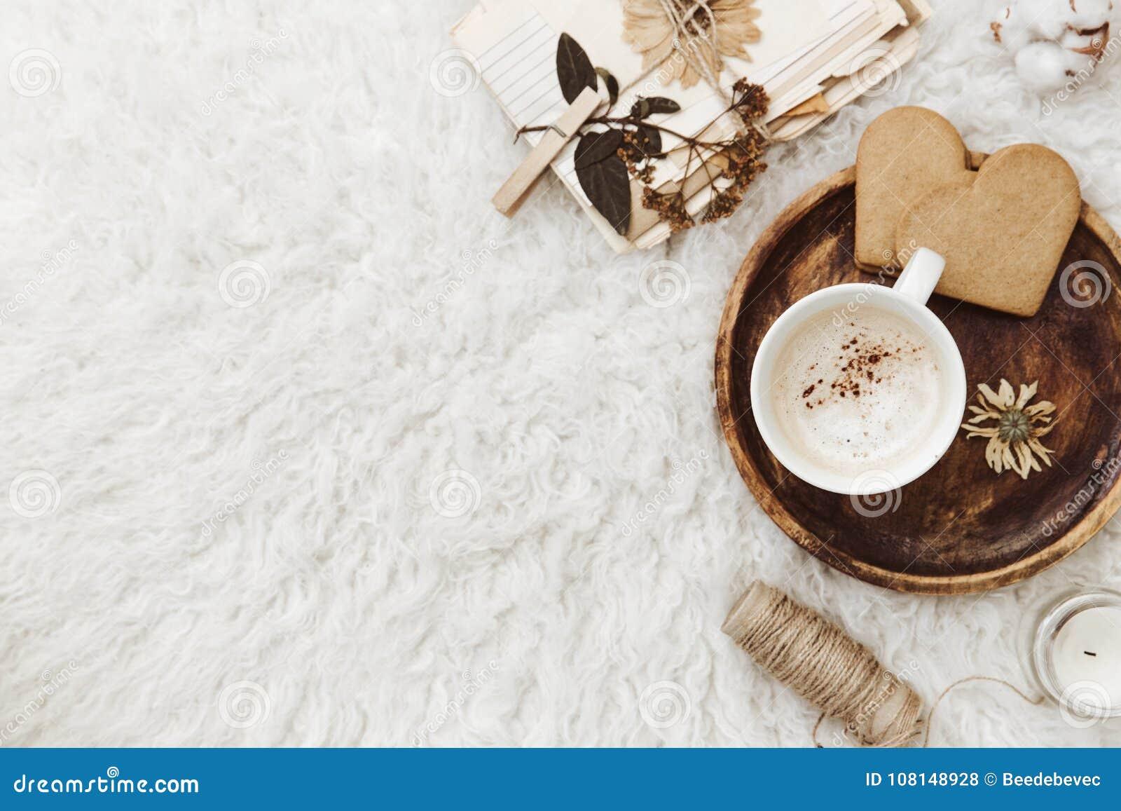 O plano acolhedor do inverno coloca o fundo, xícara de café, papel velho do vintage no fundo branco