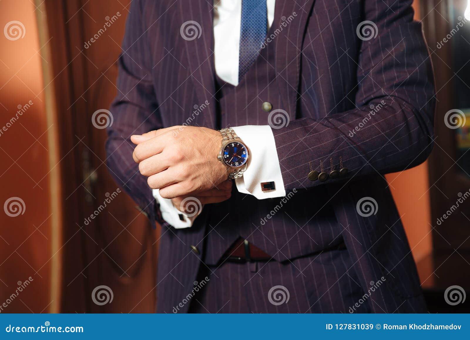 O plano da degradação é um quadro colhido de um homem de negócios à moda casa-se hoje, posto sobre um terno elegante, veste um br