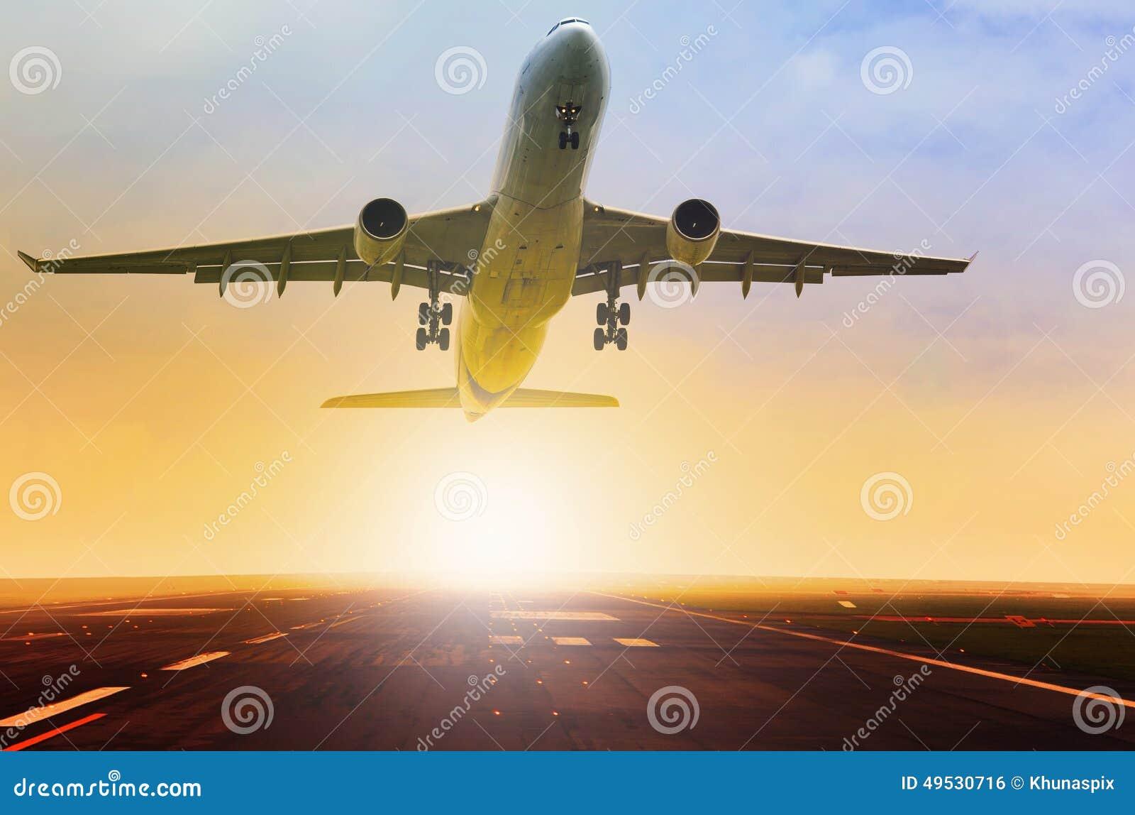 O plano de avião de passagem decola a pista de decolagem do aeroporto do fron com bonito