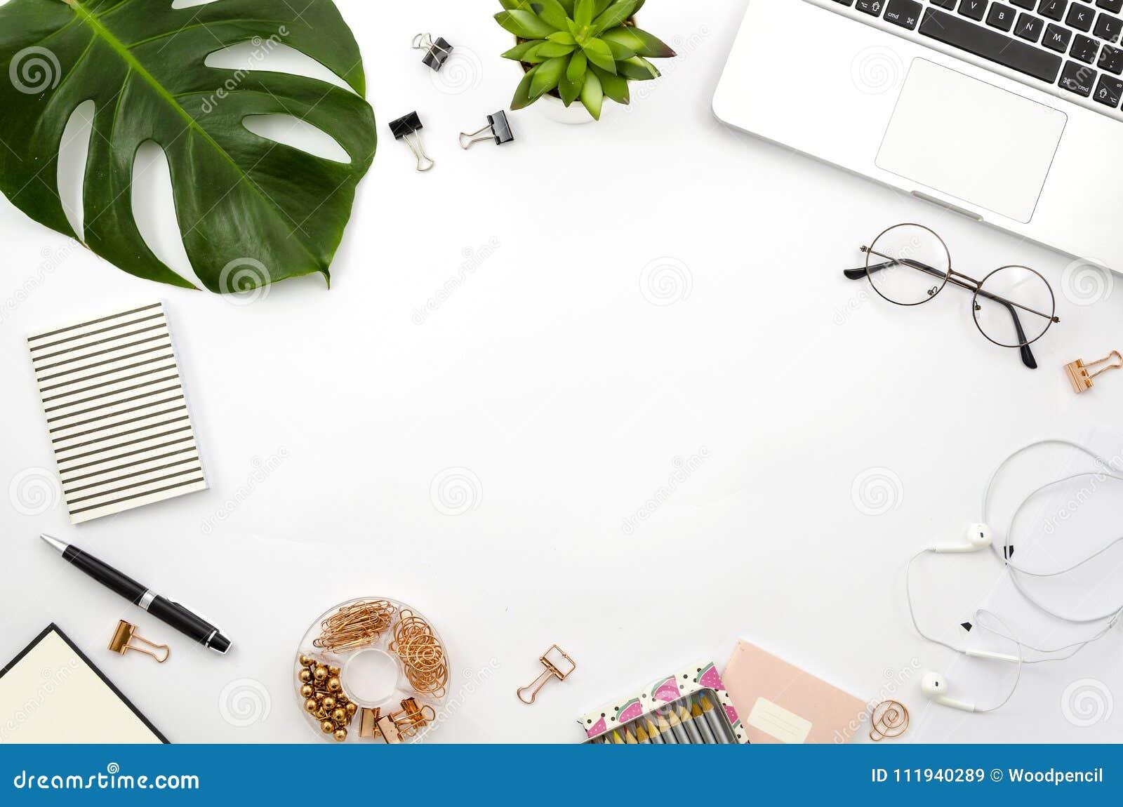 O plano do espaço de trabalho do escritório domiciliário coloca o quadro com portátil, folha de palmeira e acessórios Vista super