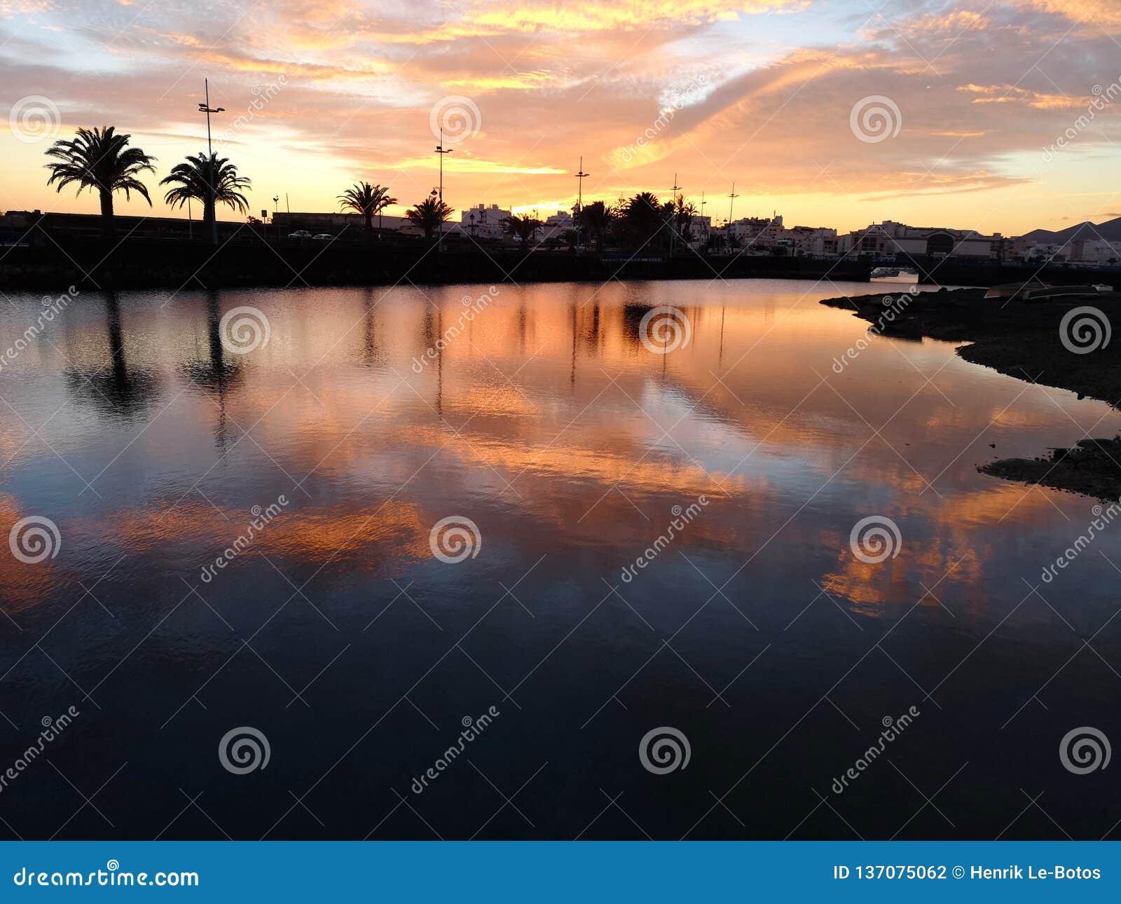 O por do sol das Ilhas Canárias em Lanzarote abandonou o barco