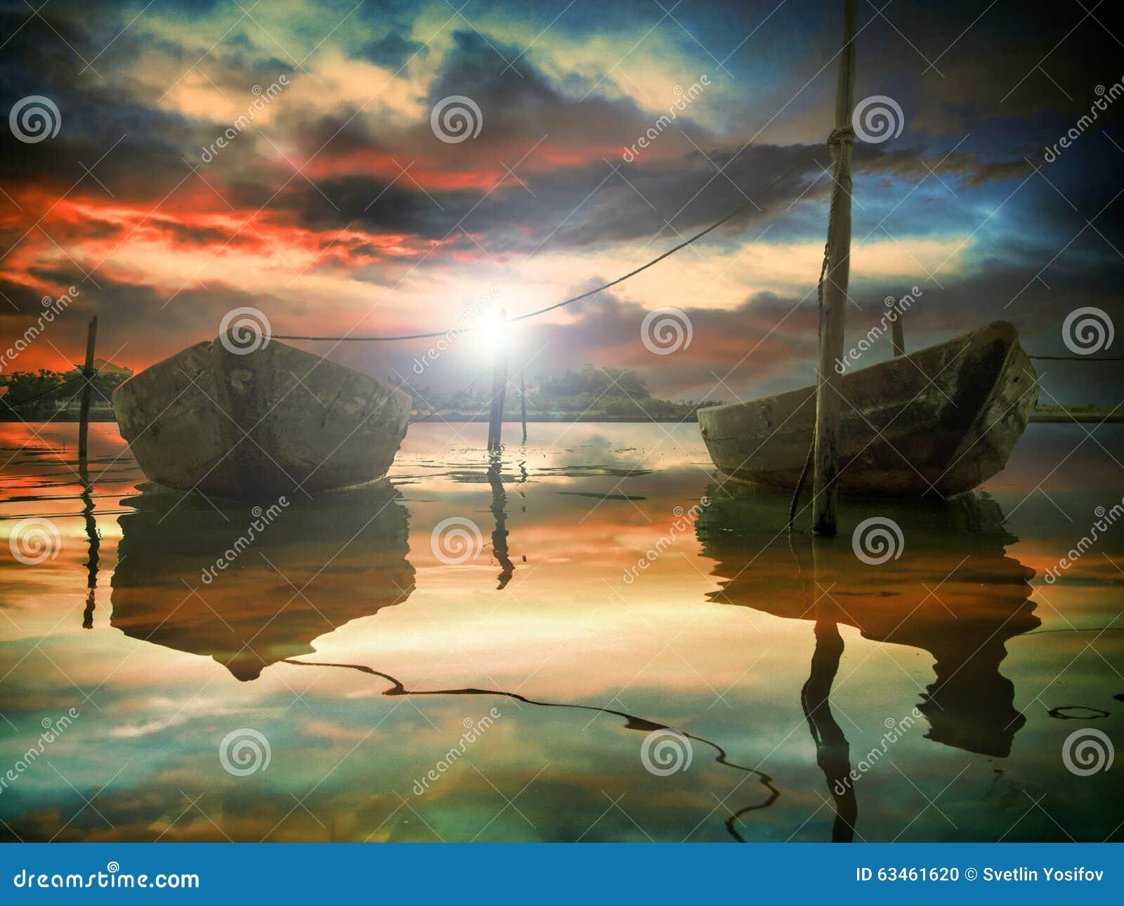 O por do sol e dois barcos de pesca