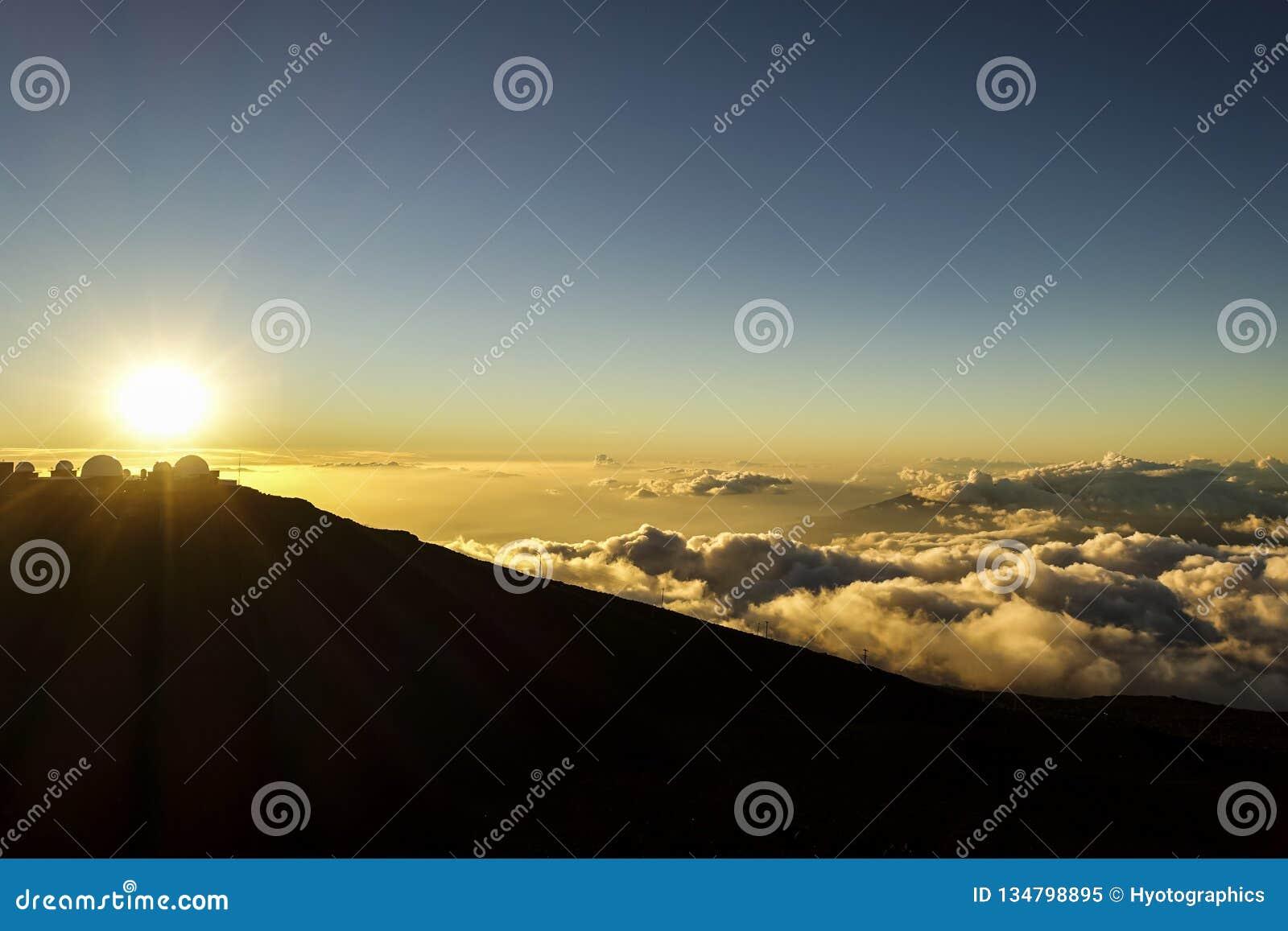 O por do sol na parte superior do Haleakala, MAUI, HAVAÍ