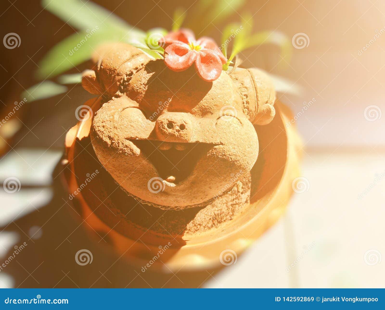 O porco bonito deu forma ao potenciômetro de flor decorado com decoração interior