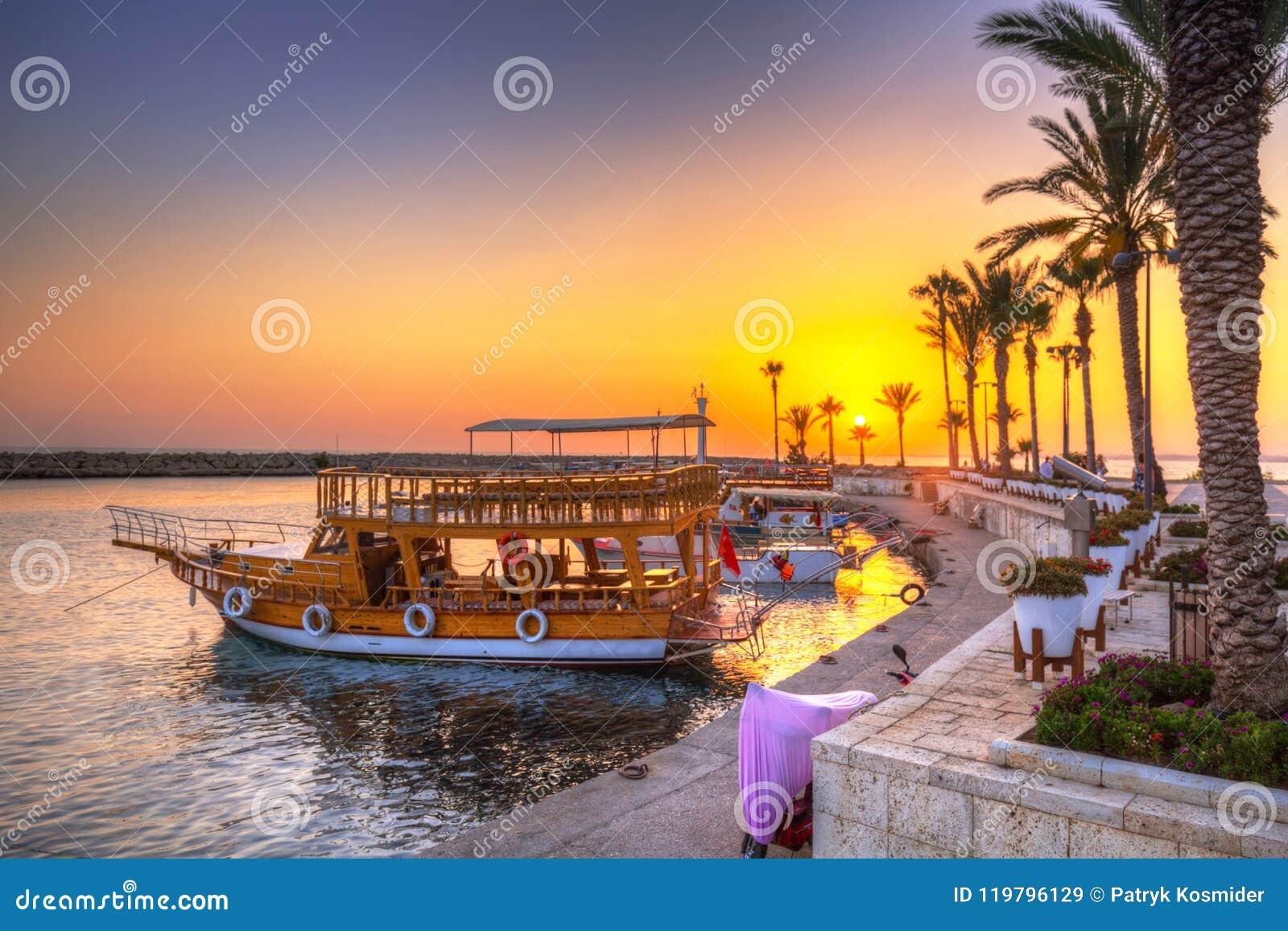 O porto com os barcos no lado no por do sol