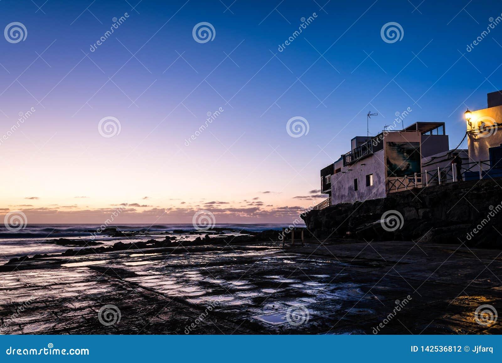 O porto da vila dos pescadores em Fuerteventura no crepúsculo