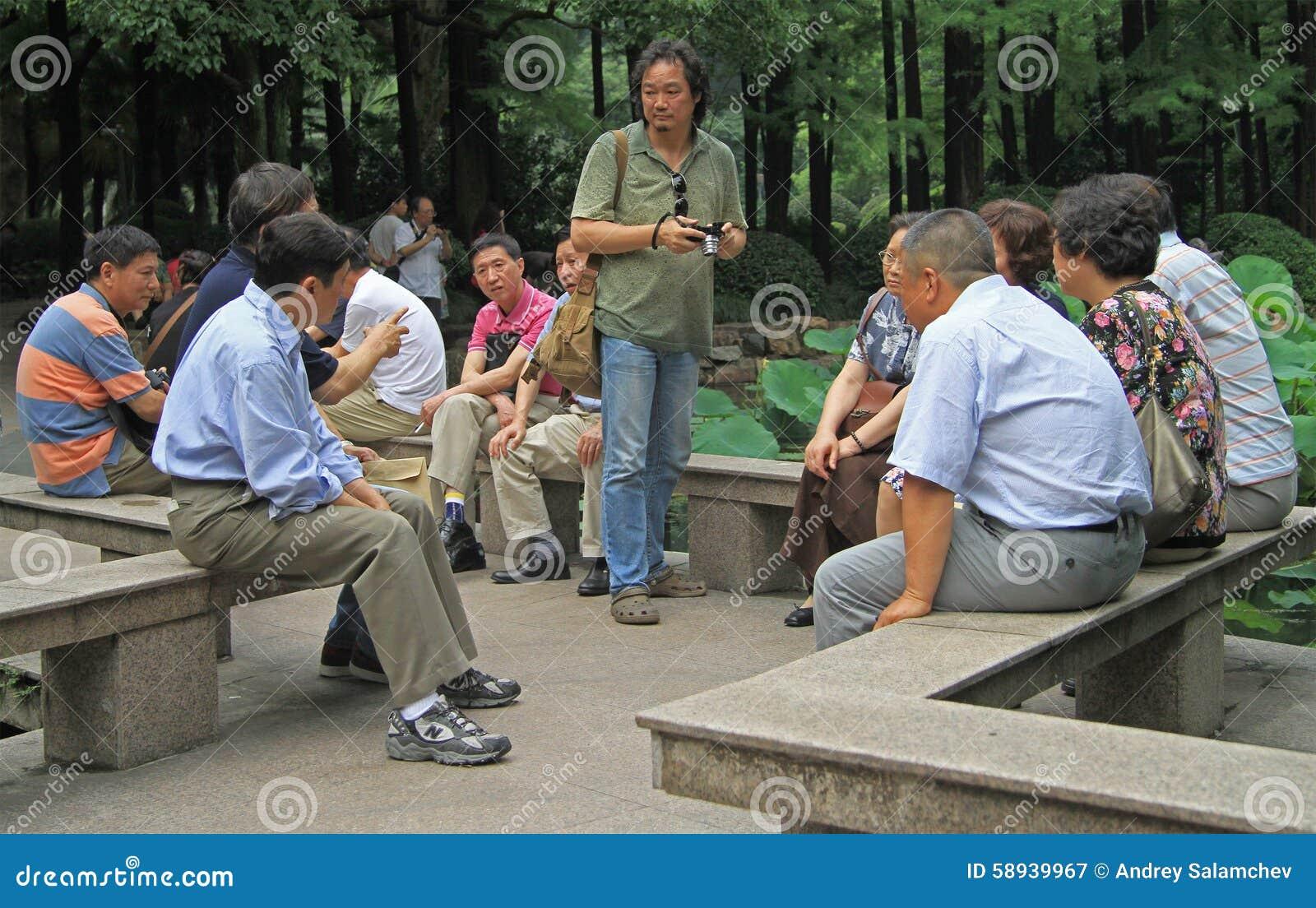 O povo chinês está comunicando-se no parque de