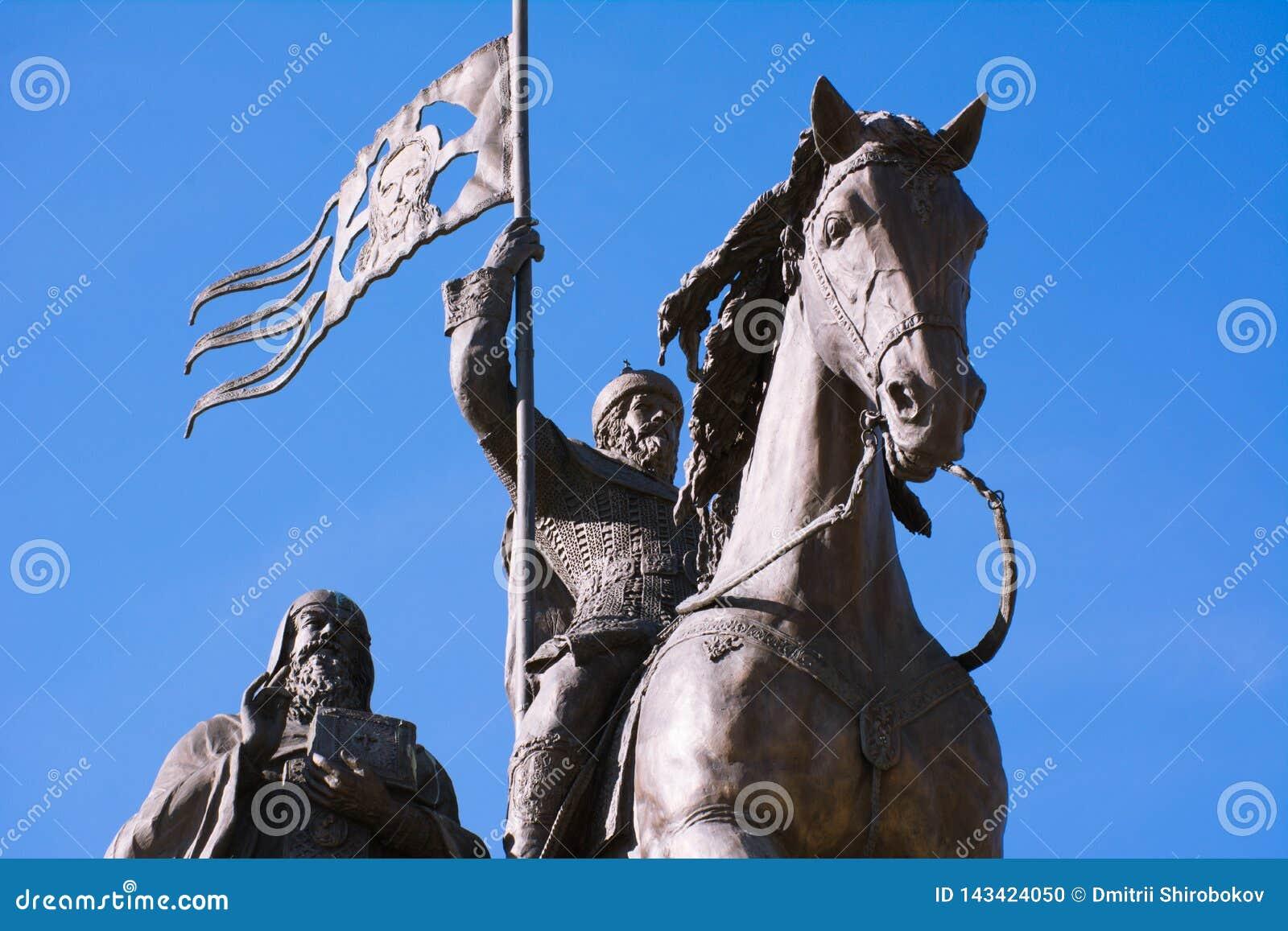 O príncipe Vladimir e Saint Fyodor do monumento, cidade de Vladimir, Rússia