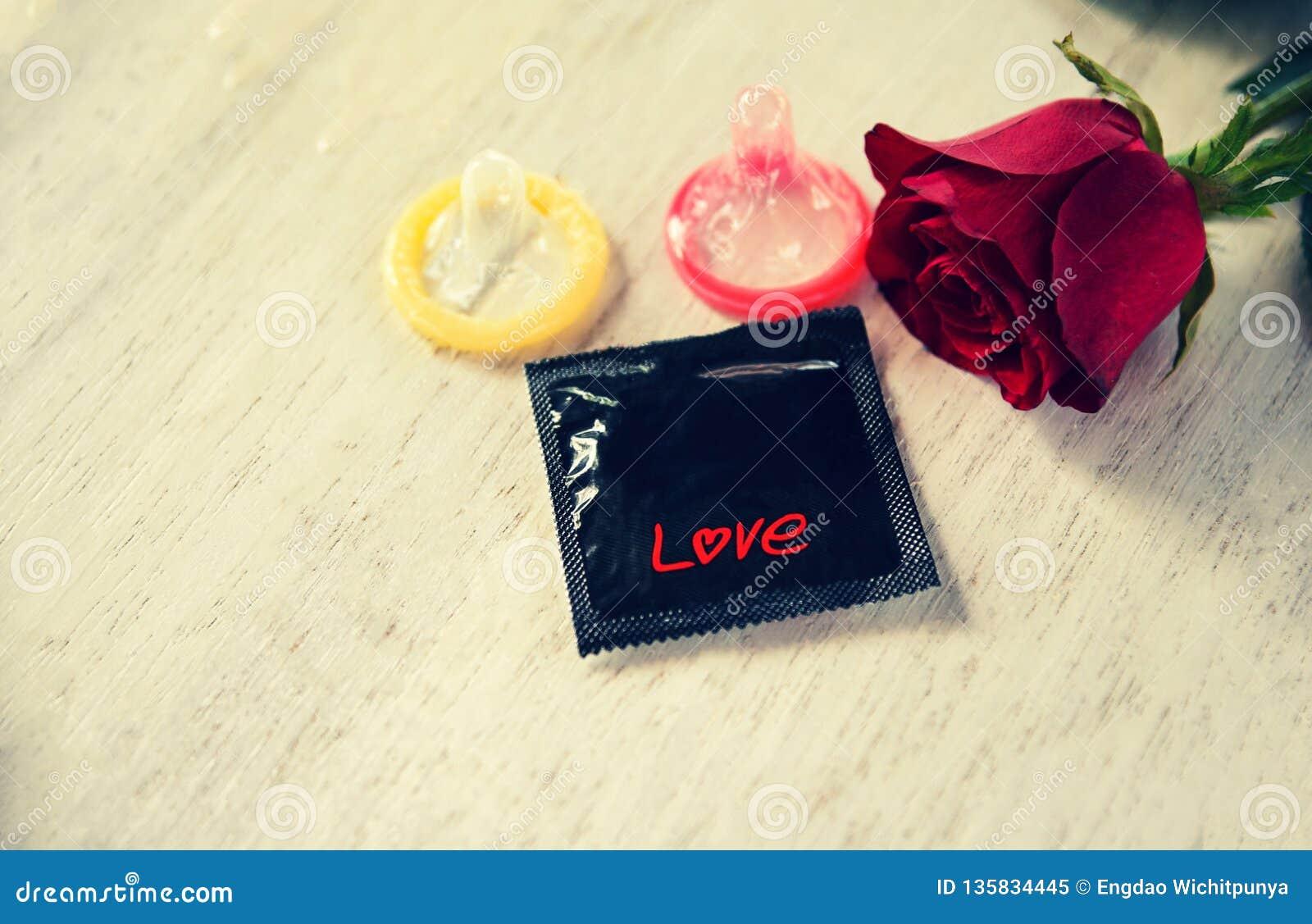 O preservativo impede a gravidez do conceito do sexo seguro dos Valentim da contracepção da gravidez ou a doença de transmissão s