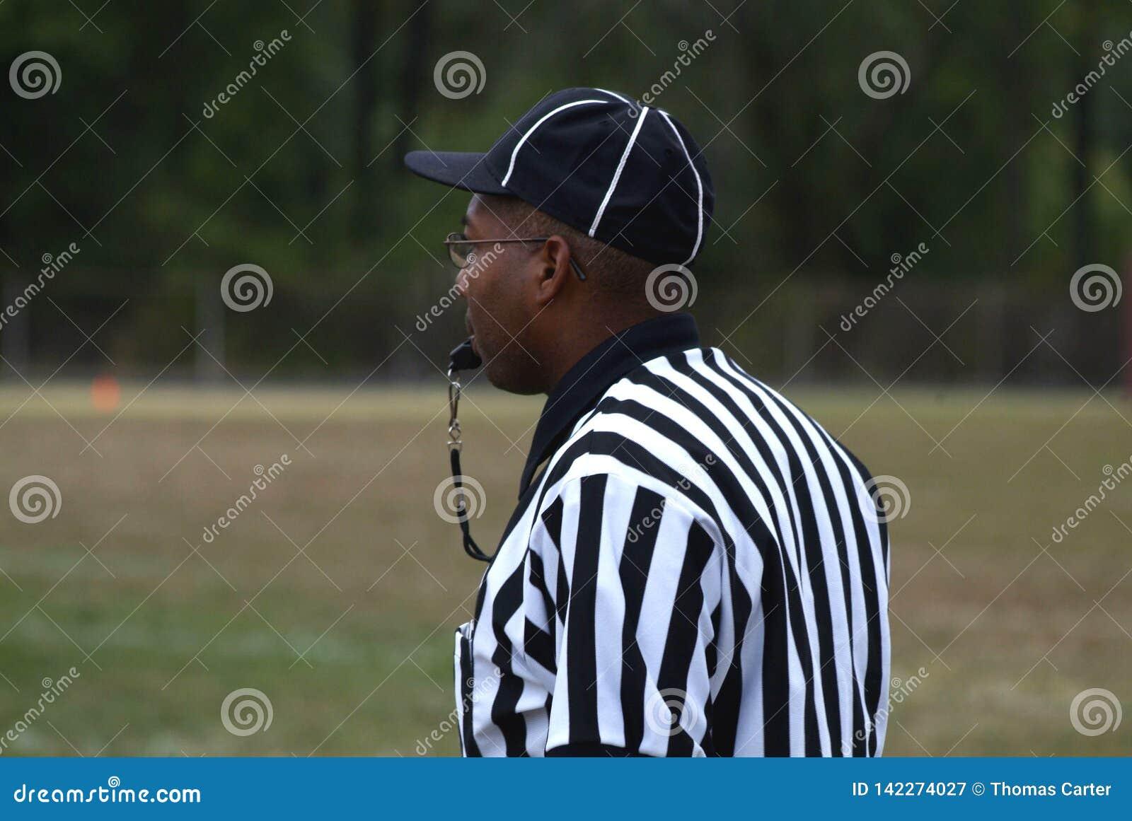 O preto arbitra um jogo em um futebol da High School