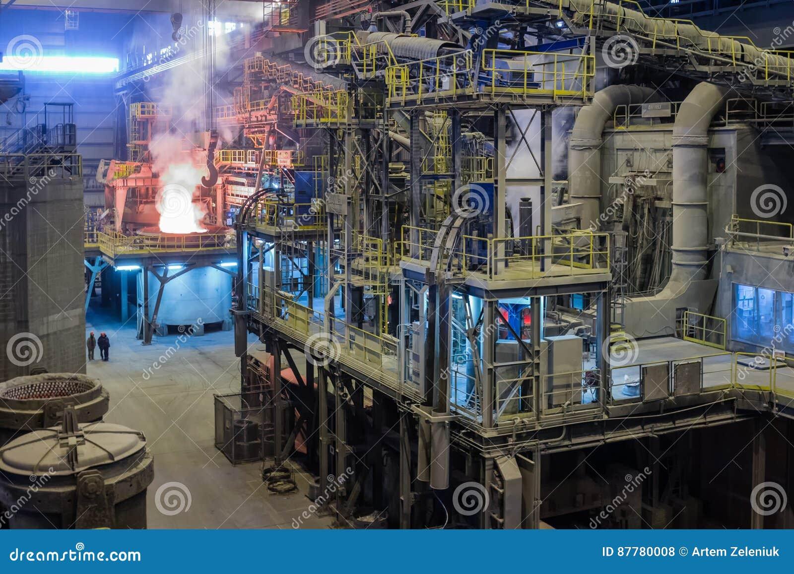 O processo de derreter o steell na planta metalúrgica