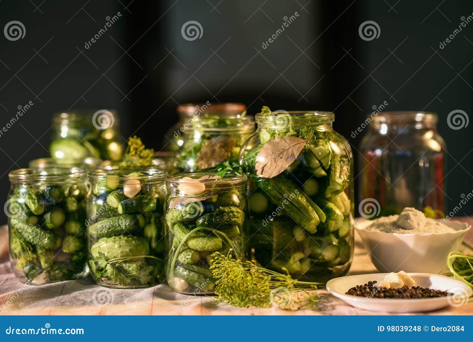 O processo de preparação de pepinos salgados para enlatar, Ucrânia