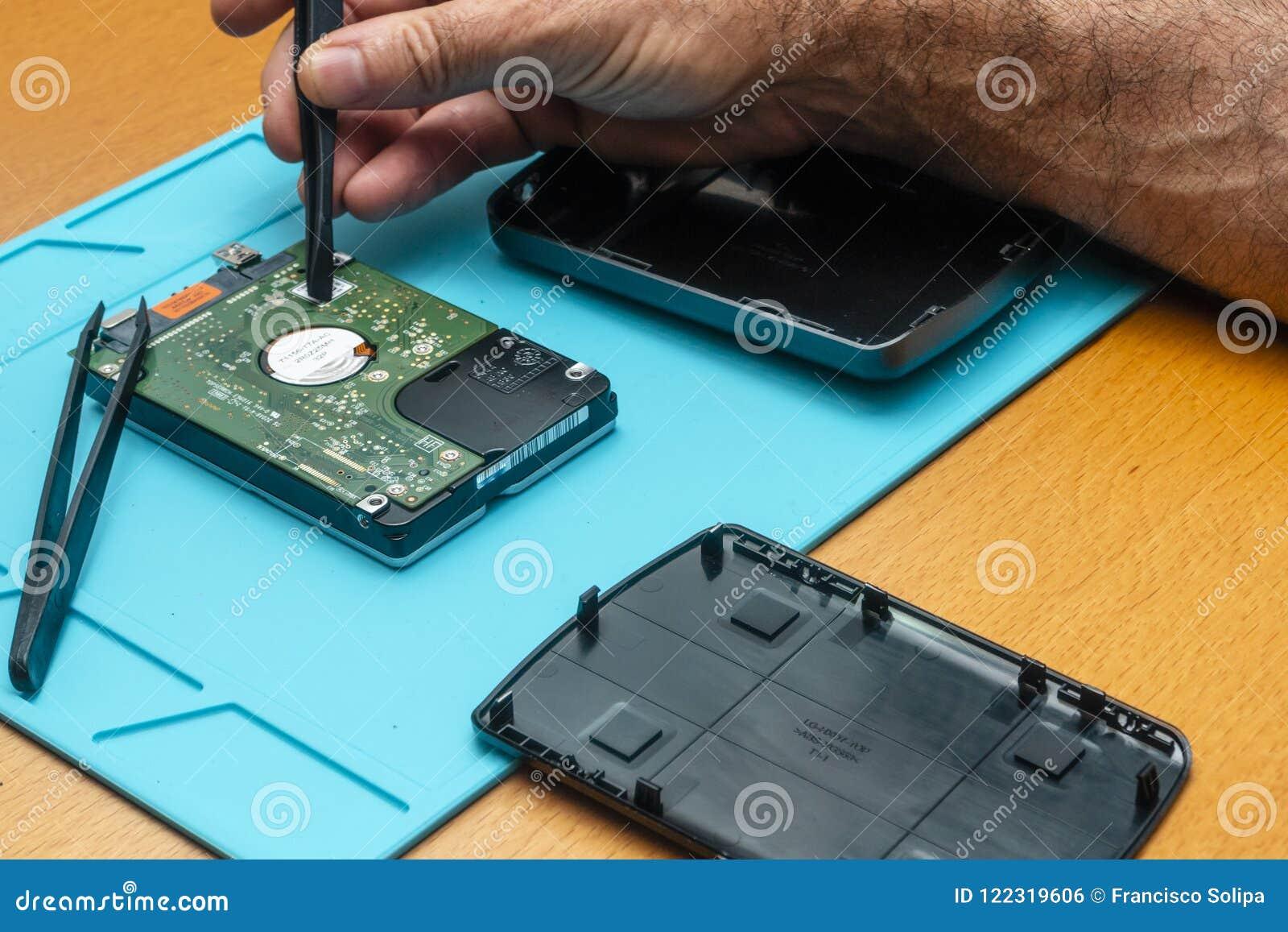 O processo de reparar um disco rígido por um reparador em uma tabela