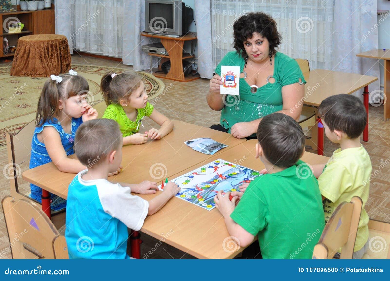 O professor trata as crianças