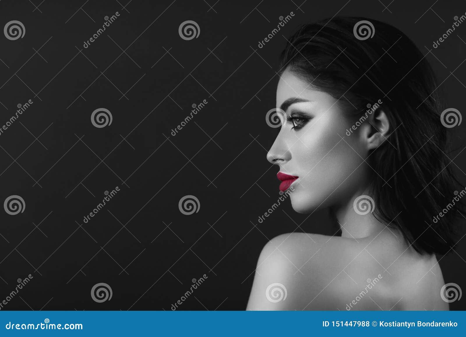 O profissional compõe a menina moreno Únicos bordos vermelhos preto e branco