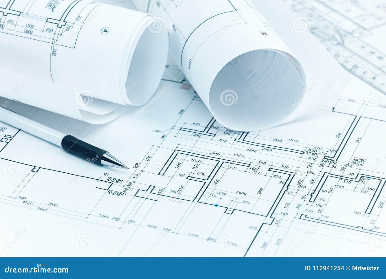 O projeto arquitetónico planeia, os rolos do modelo, o lápis e a régua o