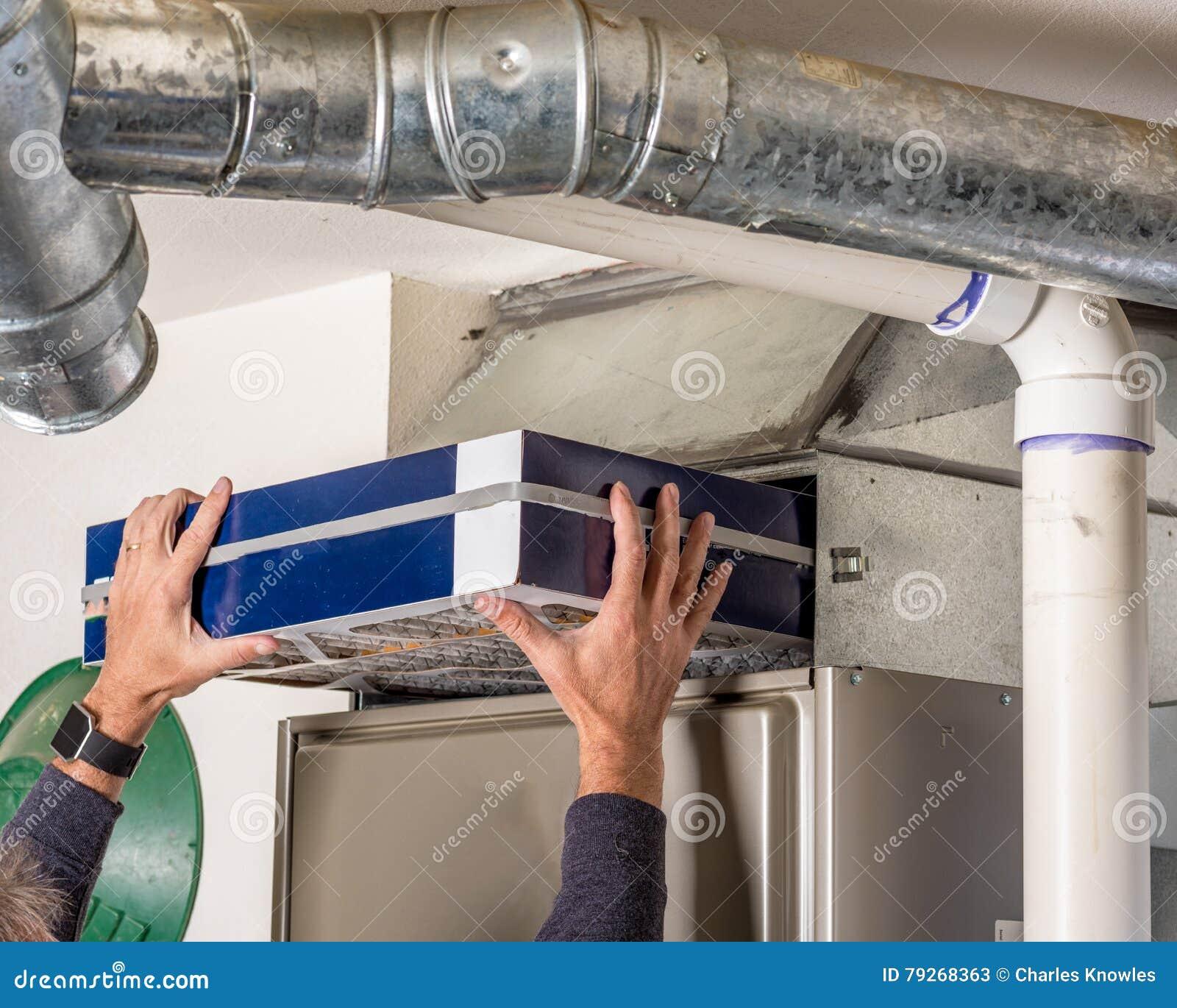O proprietário substitui o filtro em sua fornalha