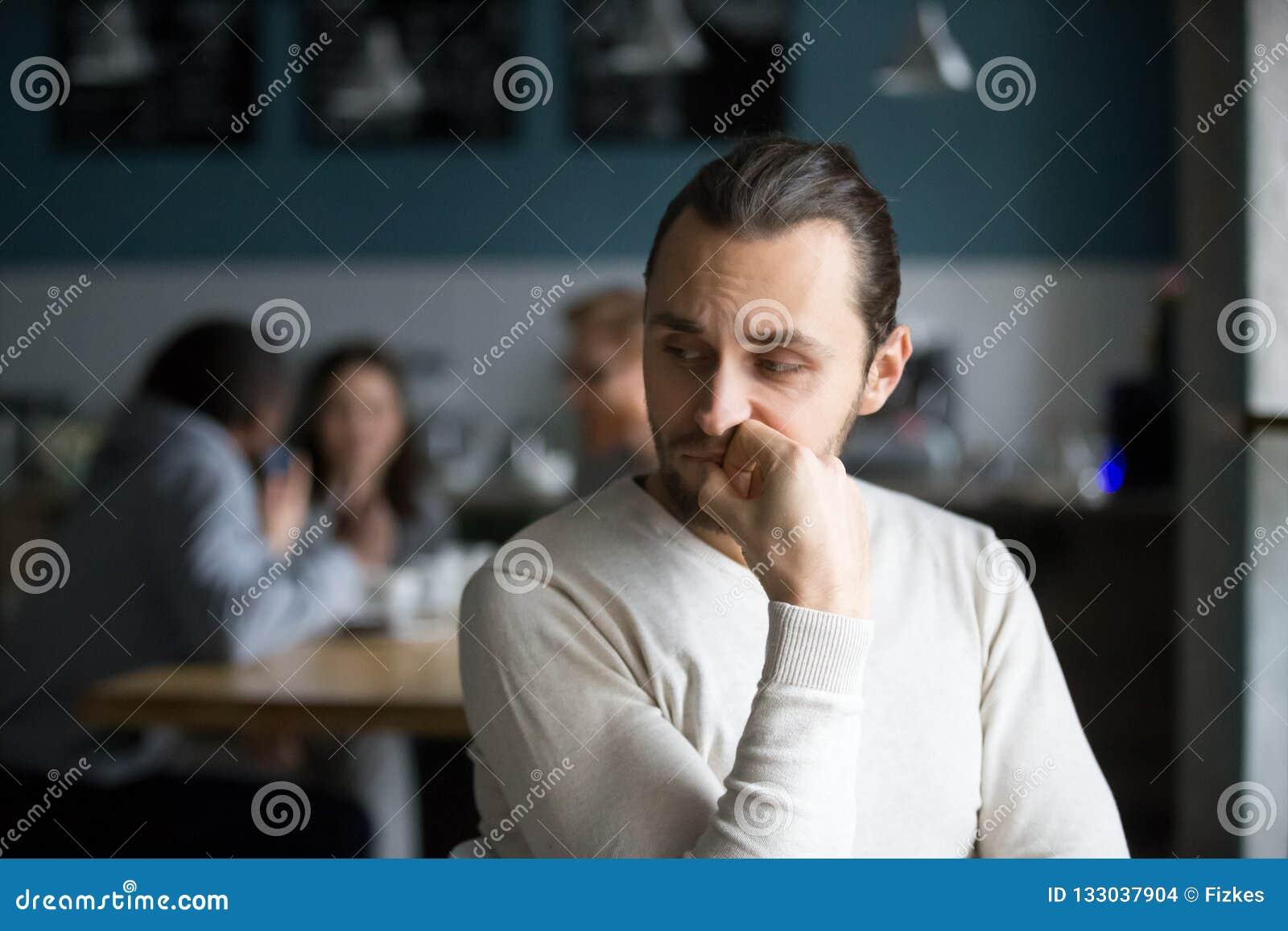O proscrito masculino virado sente o assento só apenas no café