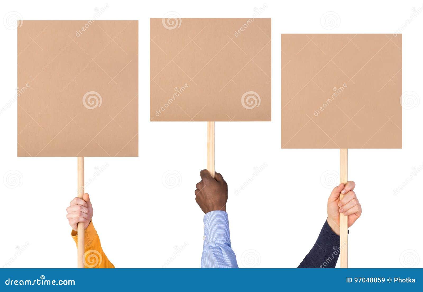 O protesto assina dentro as mãos
