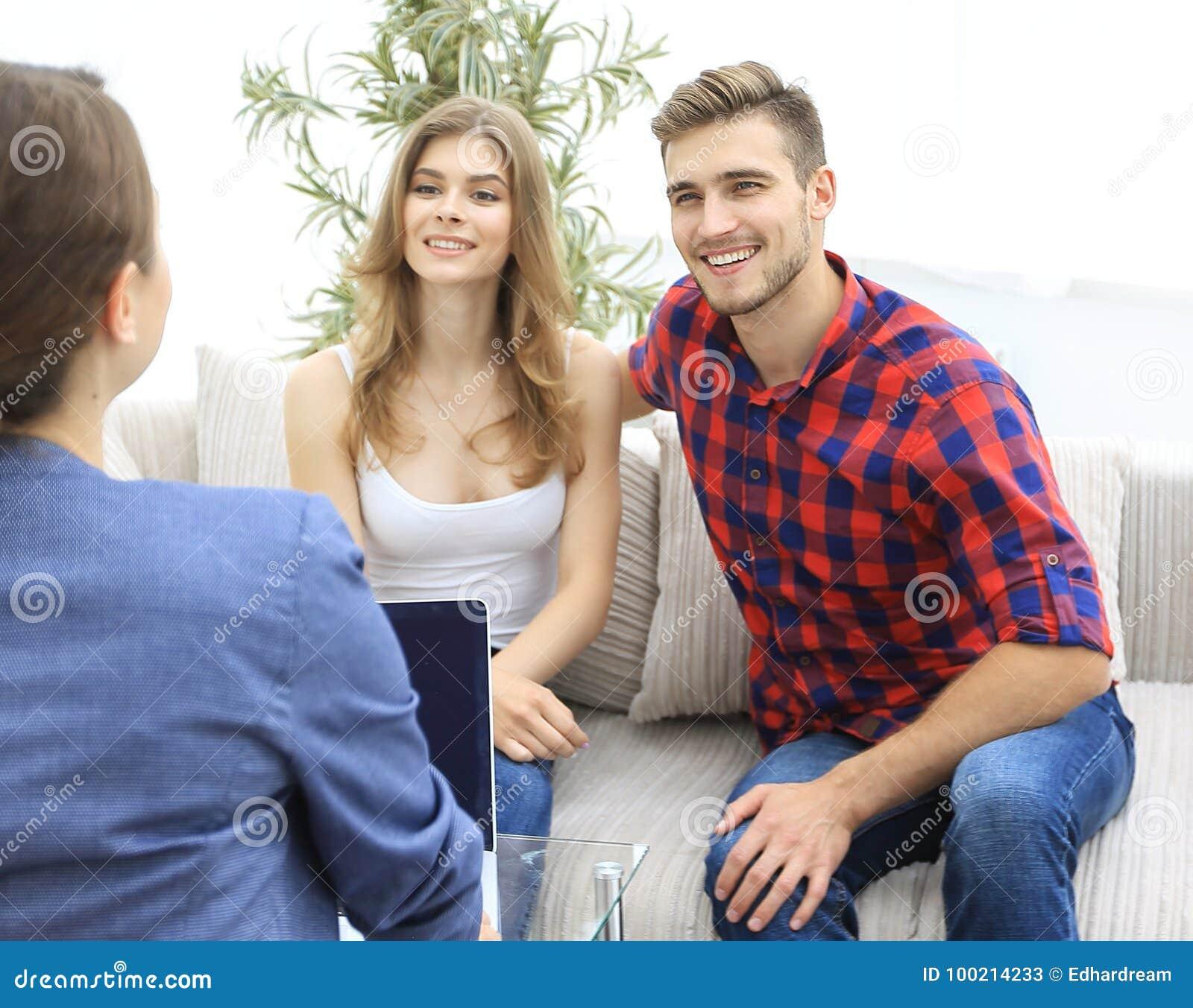 O psicólogo da mulher conduz uma sessão com um par novo