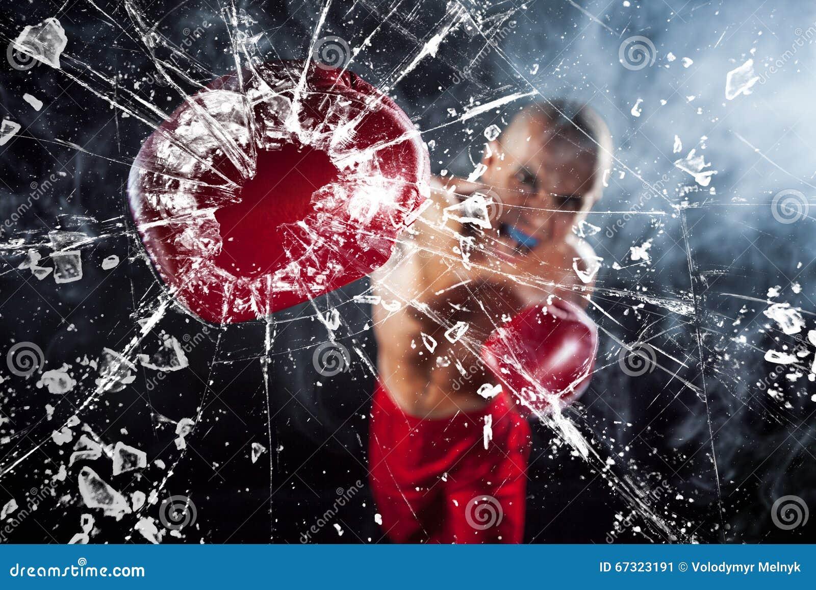 O pugilista que esmaga um vidro