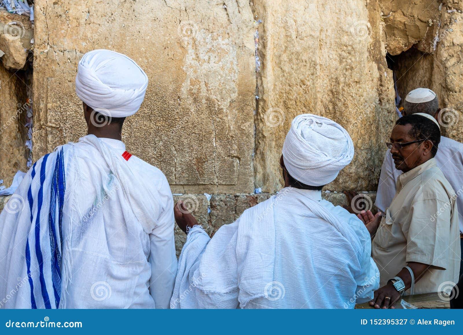 O qessim etíope dos rabinos de Unidentifed e seus congregants rezam na parede ocidental do Jerusalém