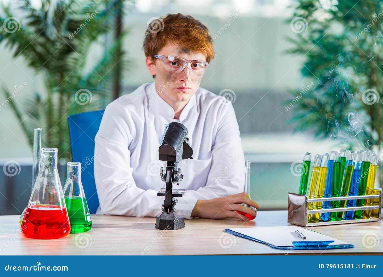 O químico louco novo que trabalha no laboratório