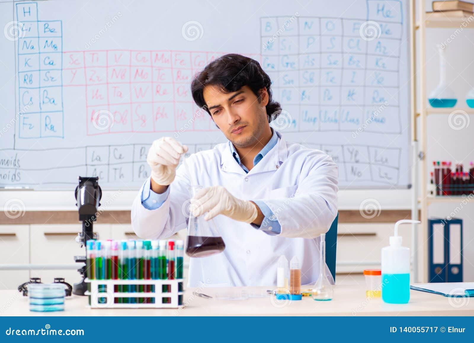 O químico novo que trabalha no laboratório