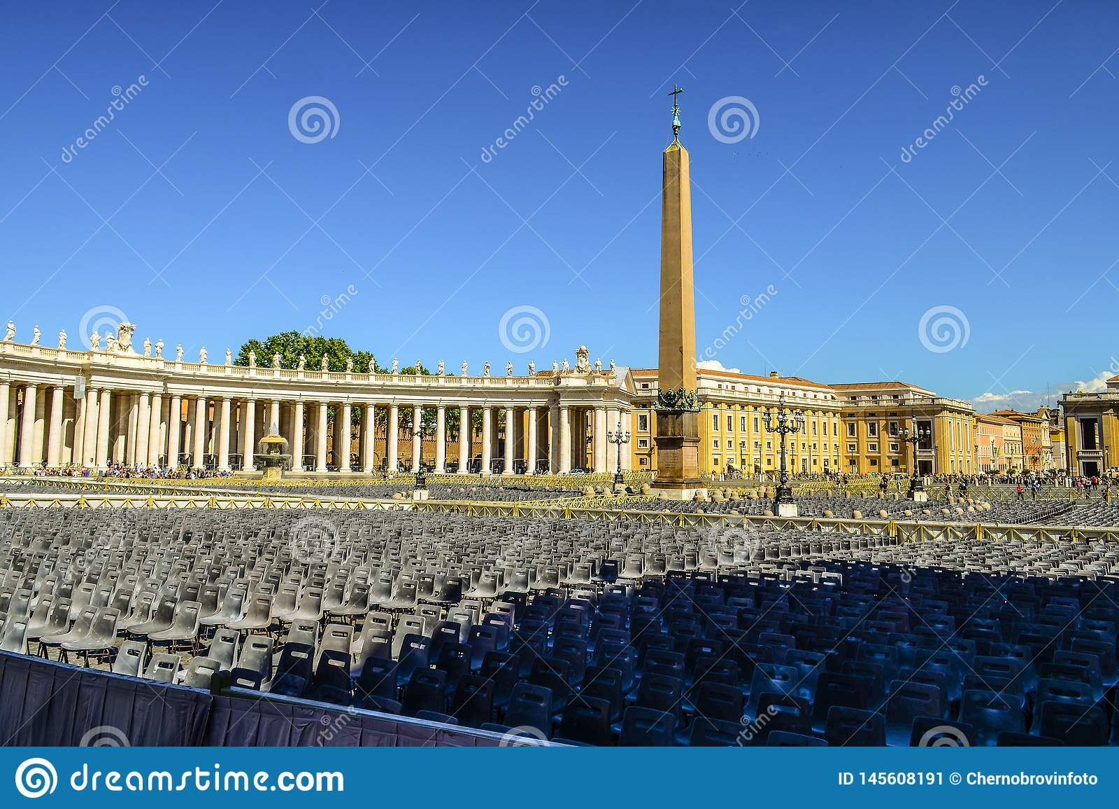 O quadrado e um obelisco egípcio antigo de St Peter no centro do quadrado Indicadores velhos bonitos em Roma (Italy)