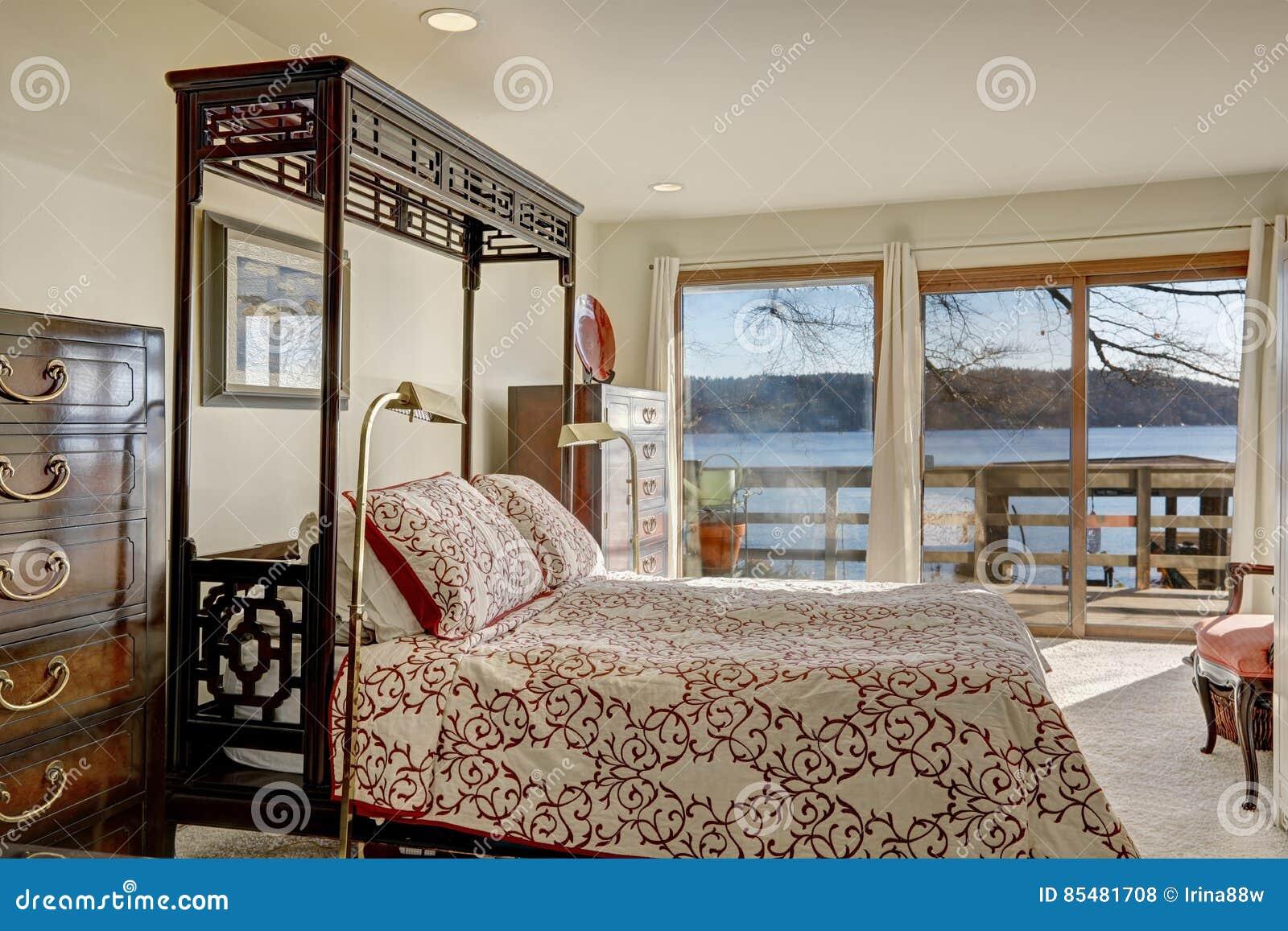 O quarto home da margem vangloria-se da cama enorme do dossel