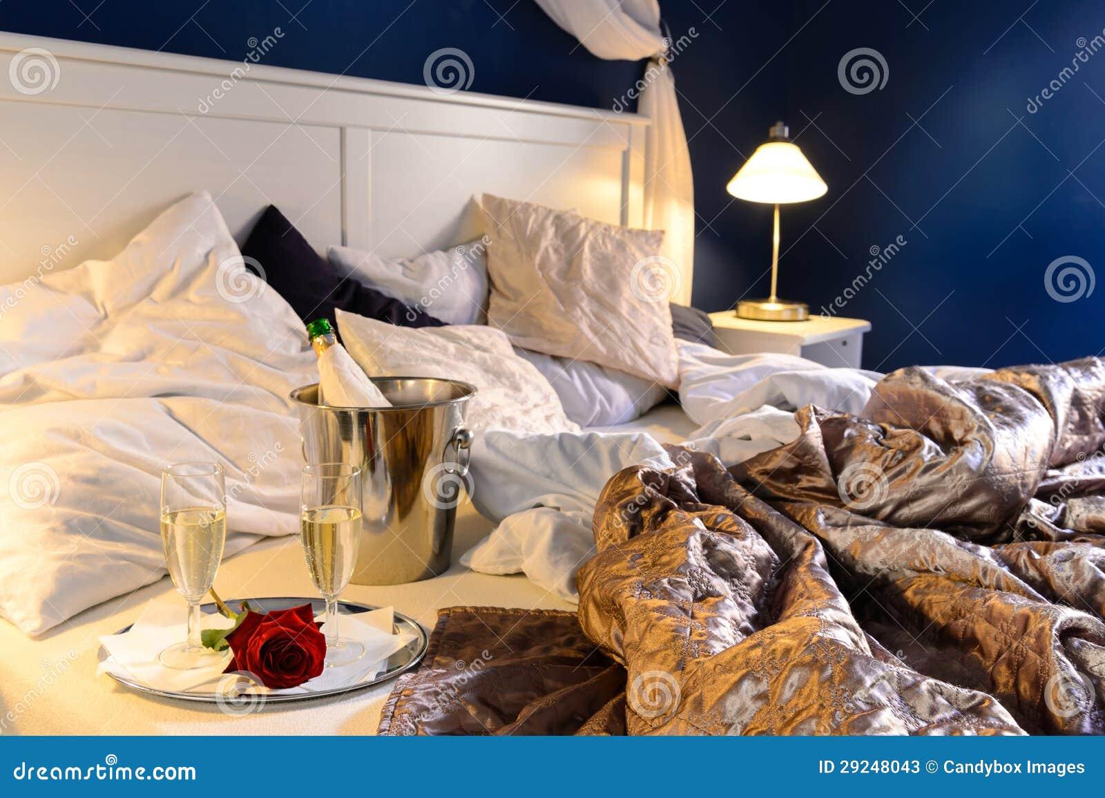 Download O Quarto Romântico Rumpled Cobre A Cubeta Do Champanhe Do Hotel Imagem de Stock - Imagem de flirting, vidros: 29248043