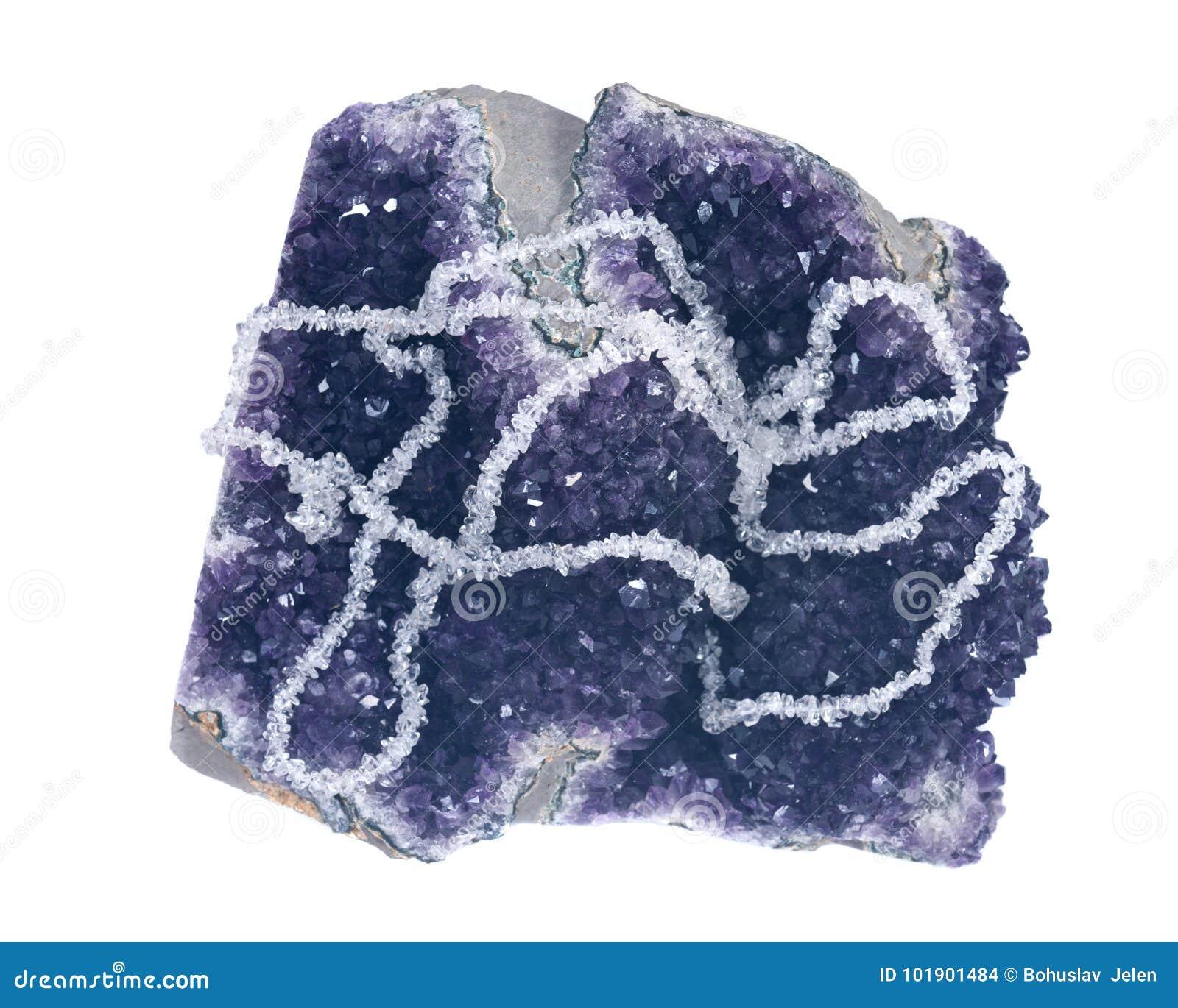 O quartzo claro caiu Chips Necklace apresentado no geode da ametista
