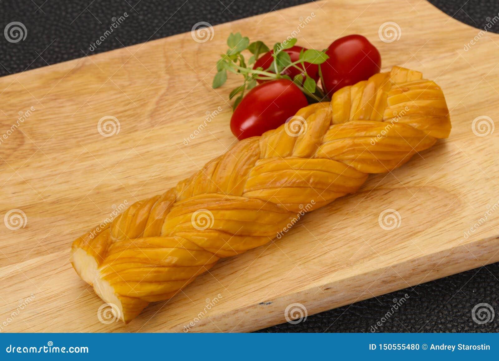 O queijo tradicional caucasiano da trança serviu tomates