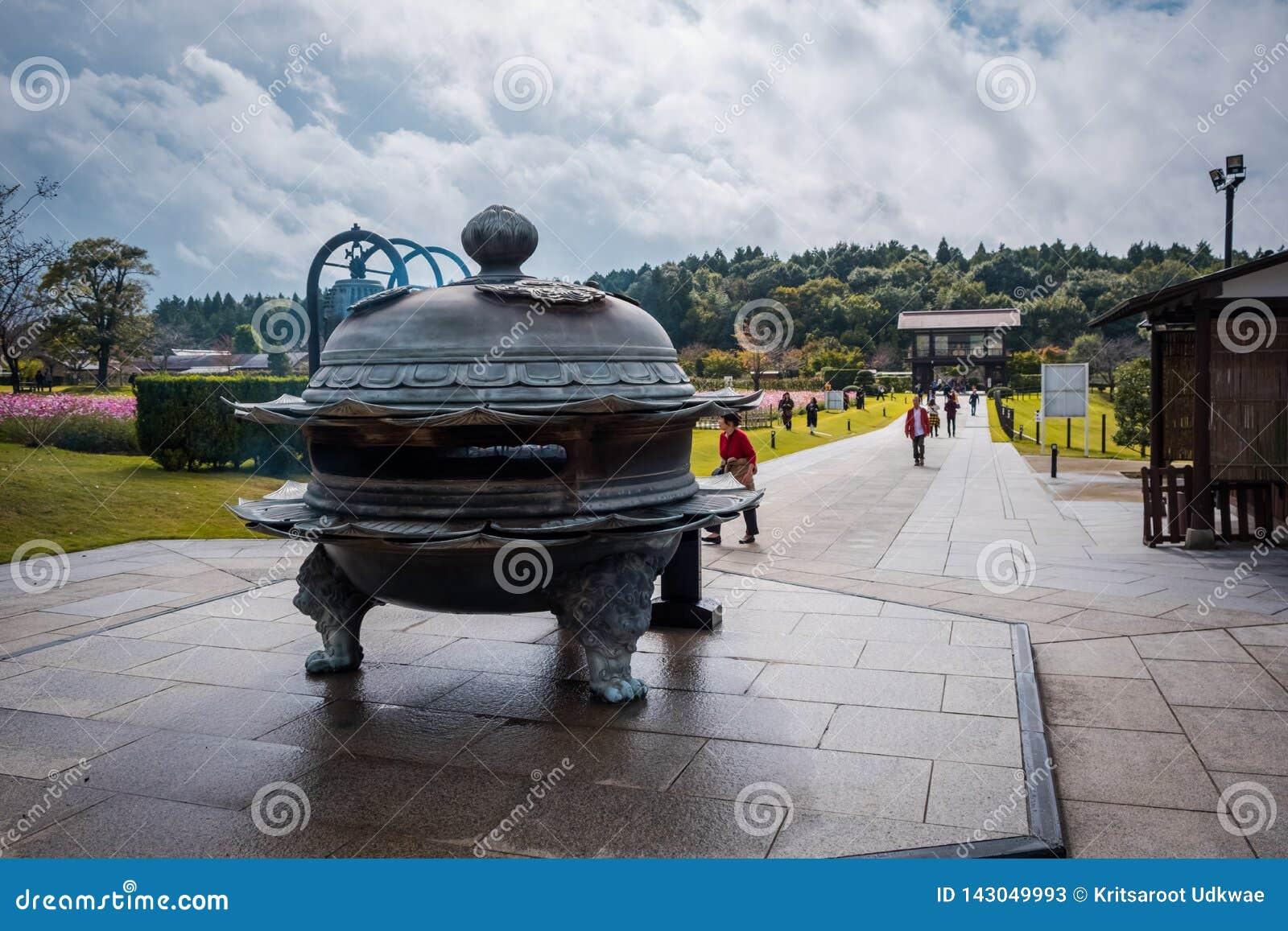 O queimador de incenso velho-japonês do estilo para rezar a Ushiku Daibutsu, é a estátua a maior da Buda no mundo, Japão