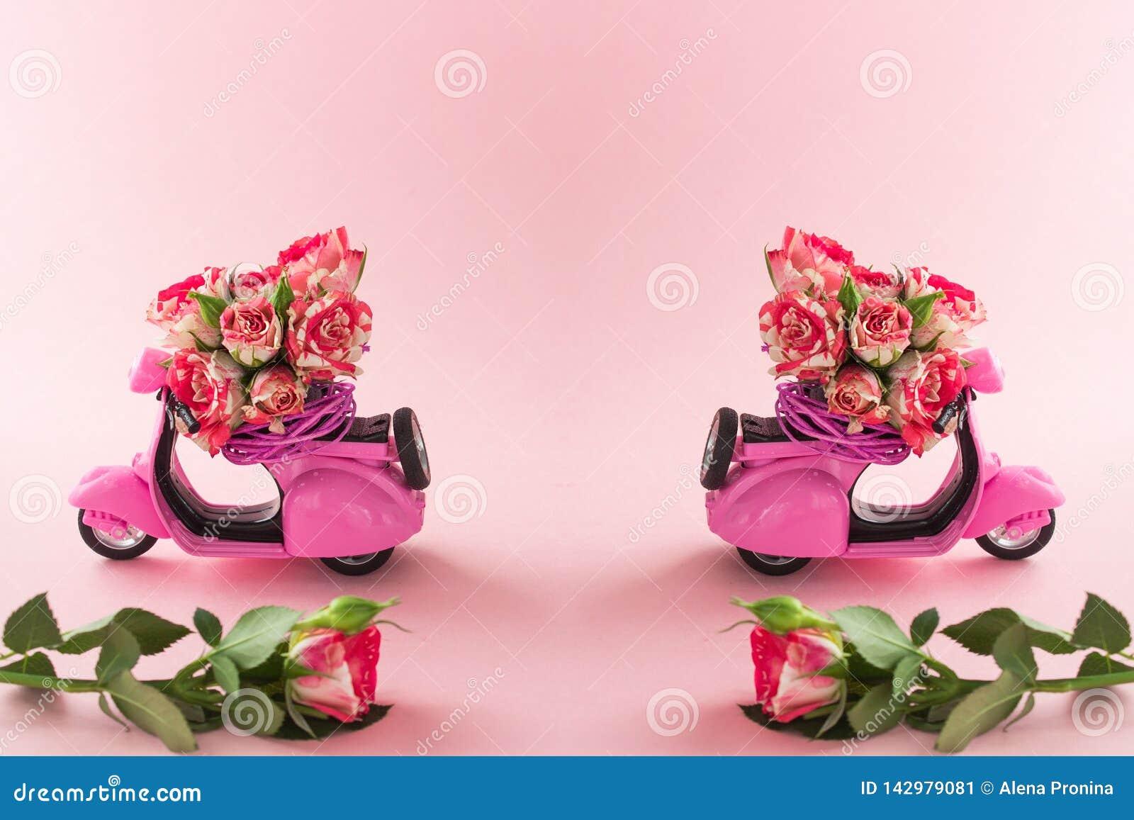 O ramalhete de Duble das rosas floresce na cesta no assento traseiro do  trotinette  cor-de-rosa bonito e da rosa grande no fundo