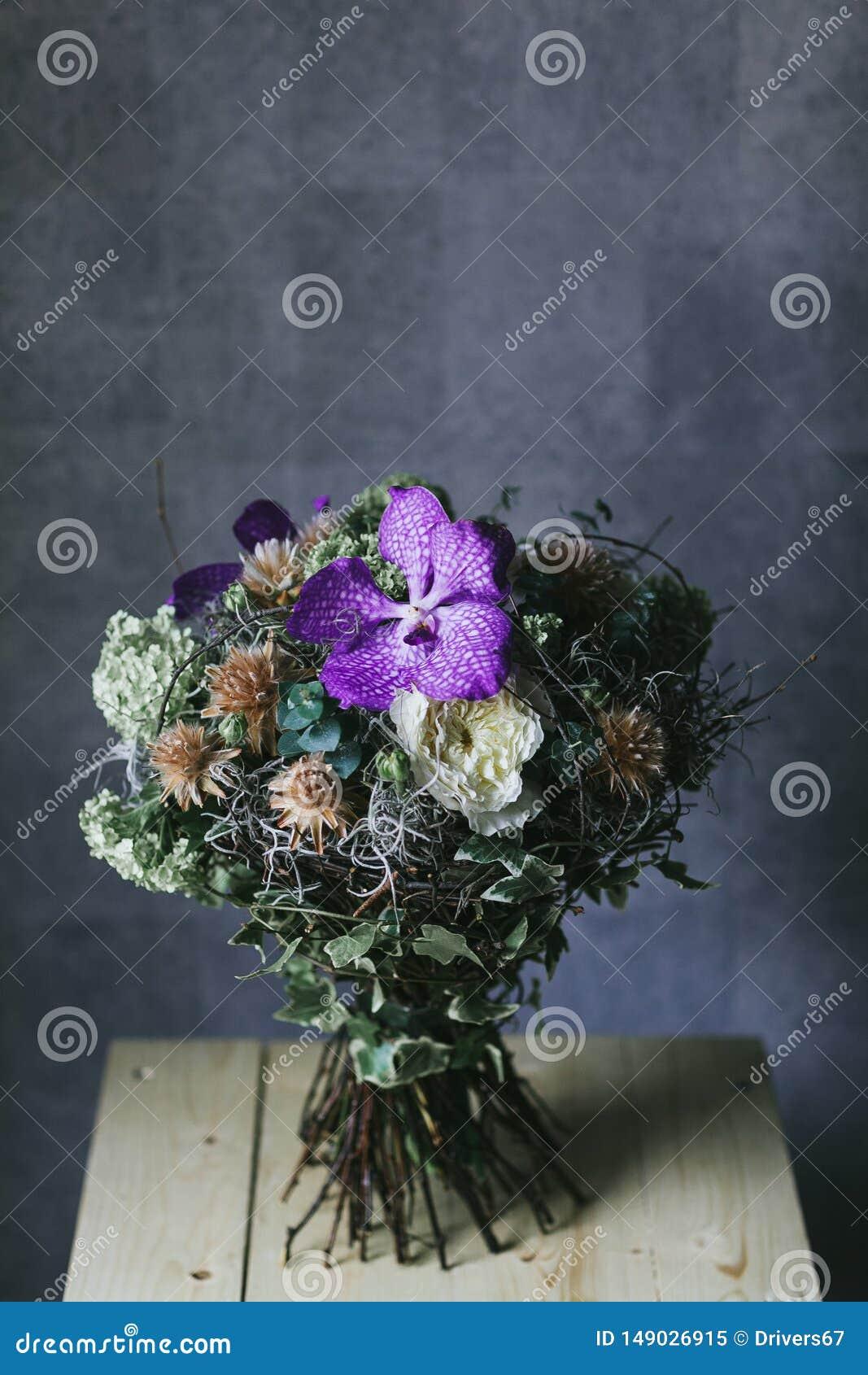 O ramalhete de flores lilás delicadas fecha-se acima