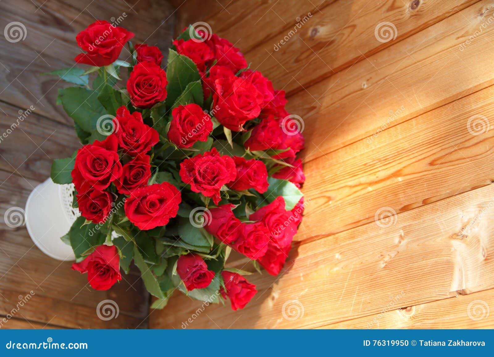 O ramalhete de rosas vermelhas em um vaso