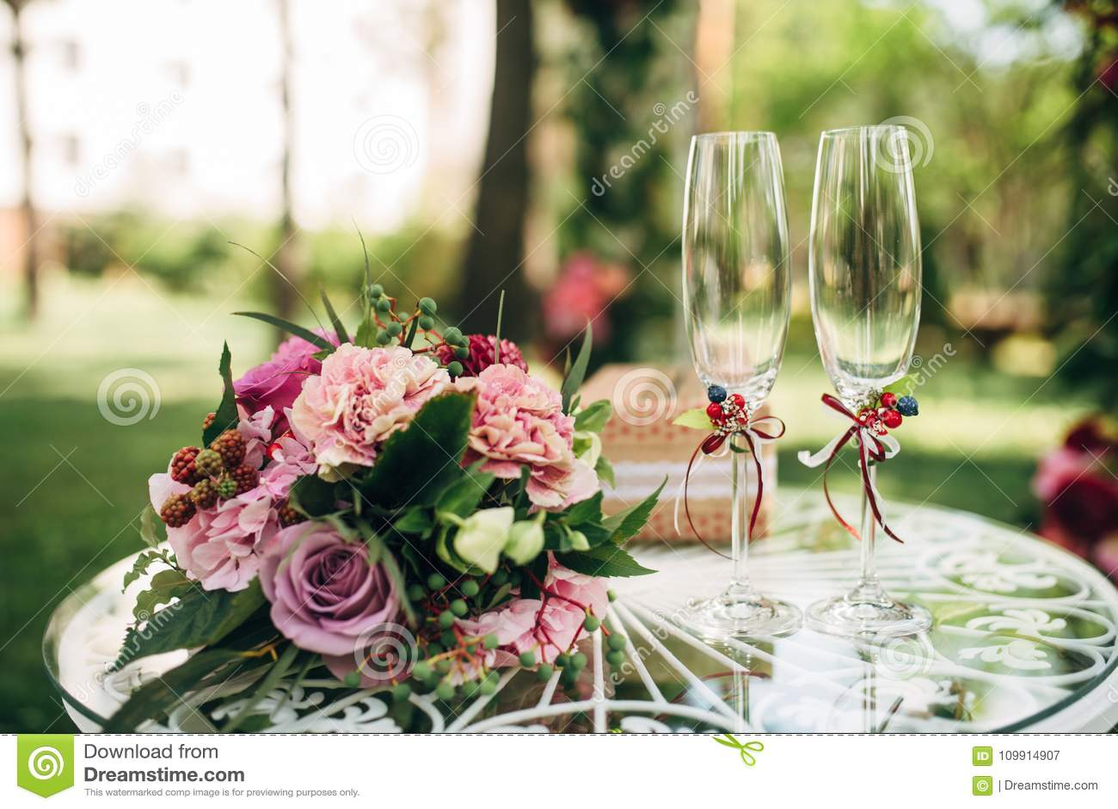O ramalhete nupcial com penies e as rosas roxos floresce