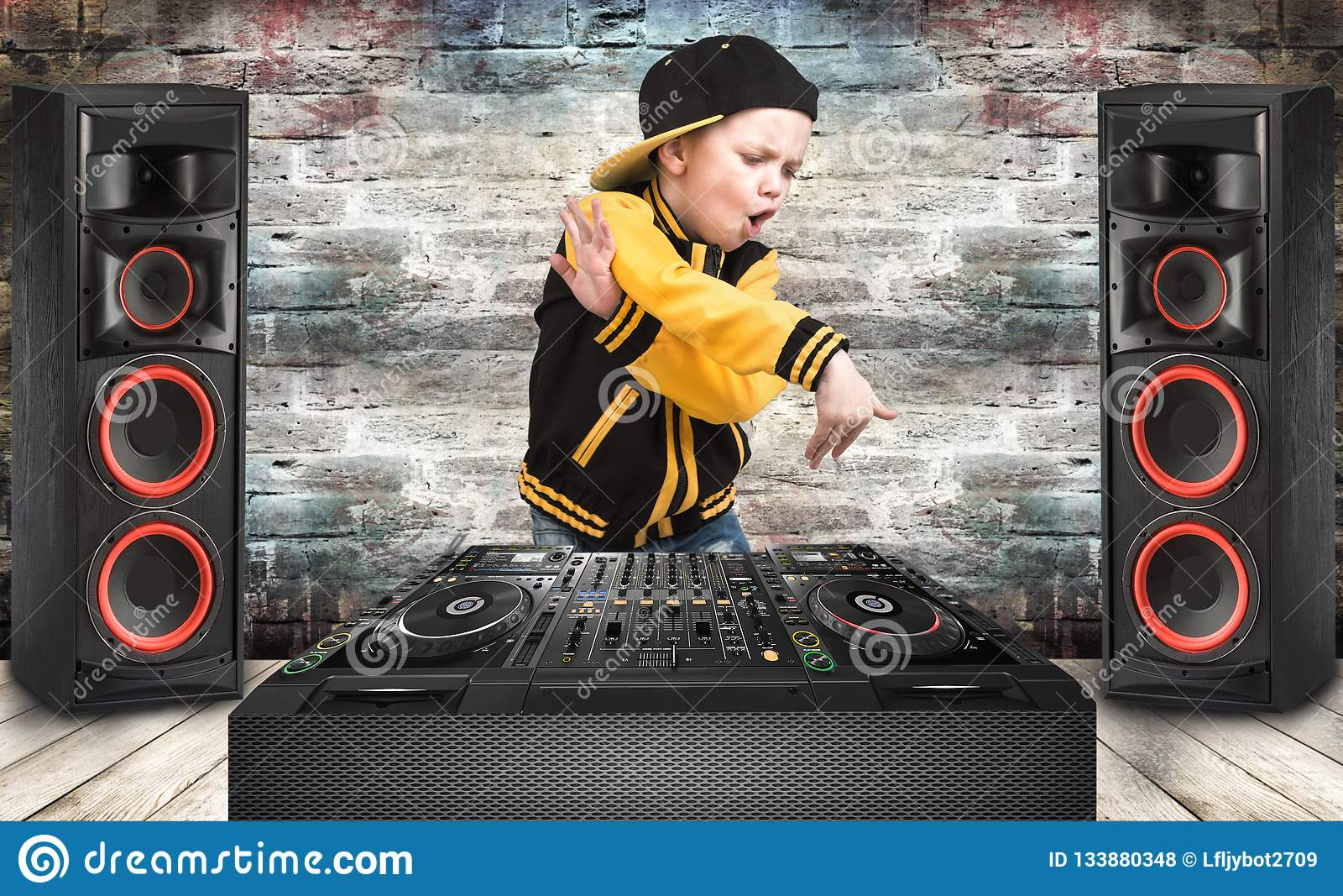 O rapaz pequeno ao estilo do hip-hop Refrigere a batida DJ Forma do ` s das crianças Tampão e revestimento O rapper novo