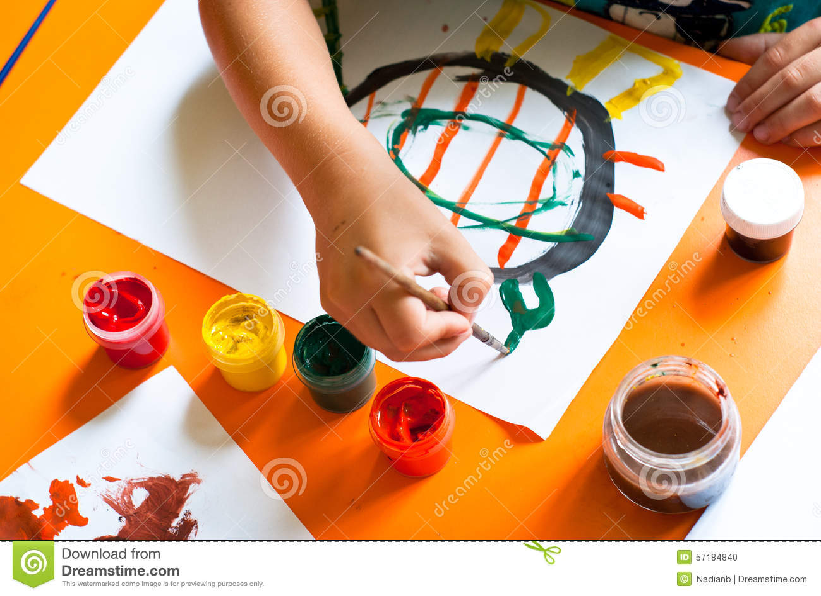O rapaz pequeno desenha