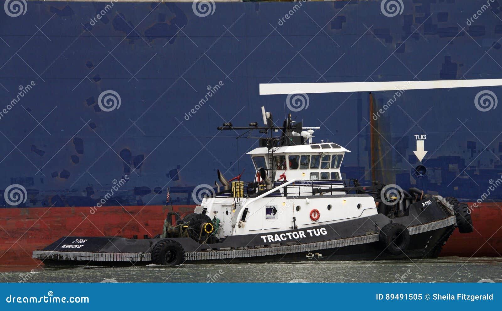 O rebocador Z-FOUR que ajuda a LYRA da CGM de CMA do navio de carga manobra