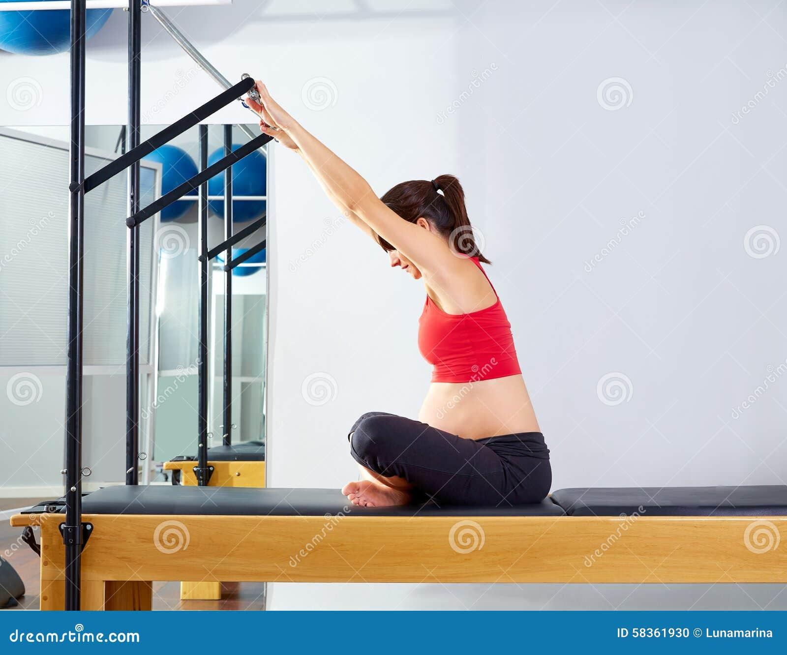 O reformista dos pilates da mulher gravida envia o impulso