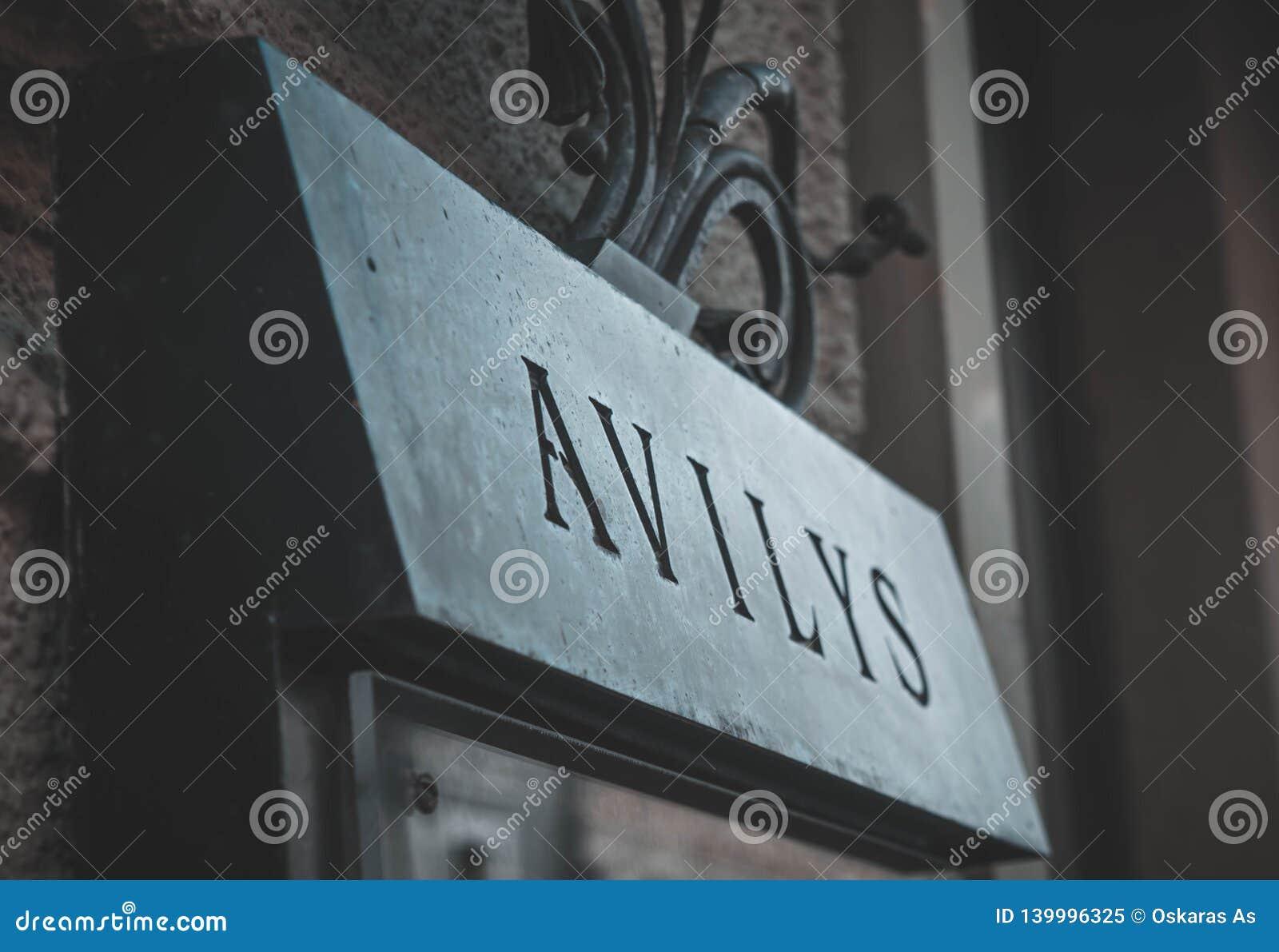 O restaurante de Avilys assina dentro a cidade velha