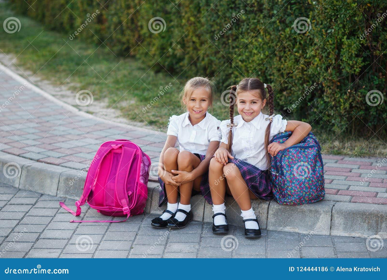 O retrato da escola caçoa com a trouxa após a escola Começo das lições Primeiro dia da queda