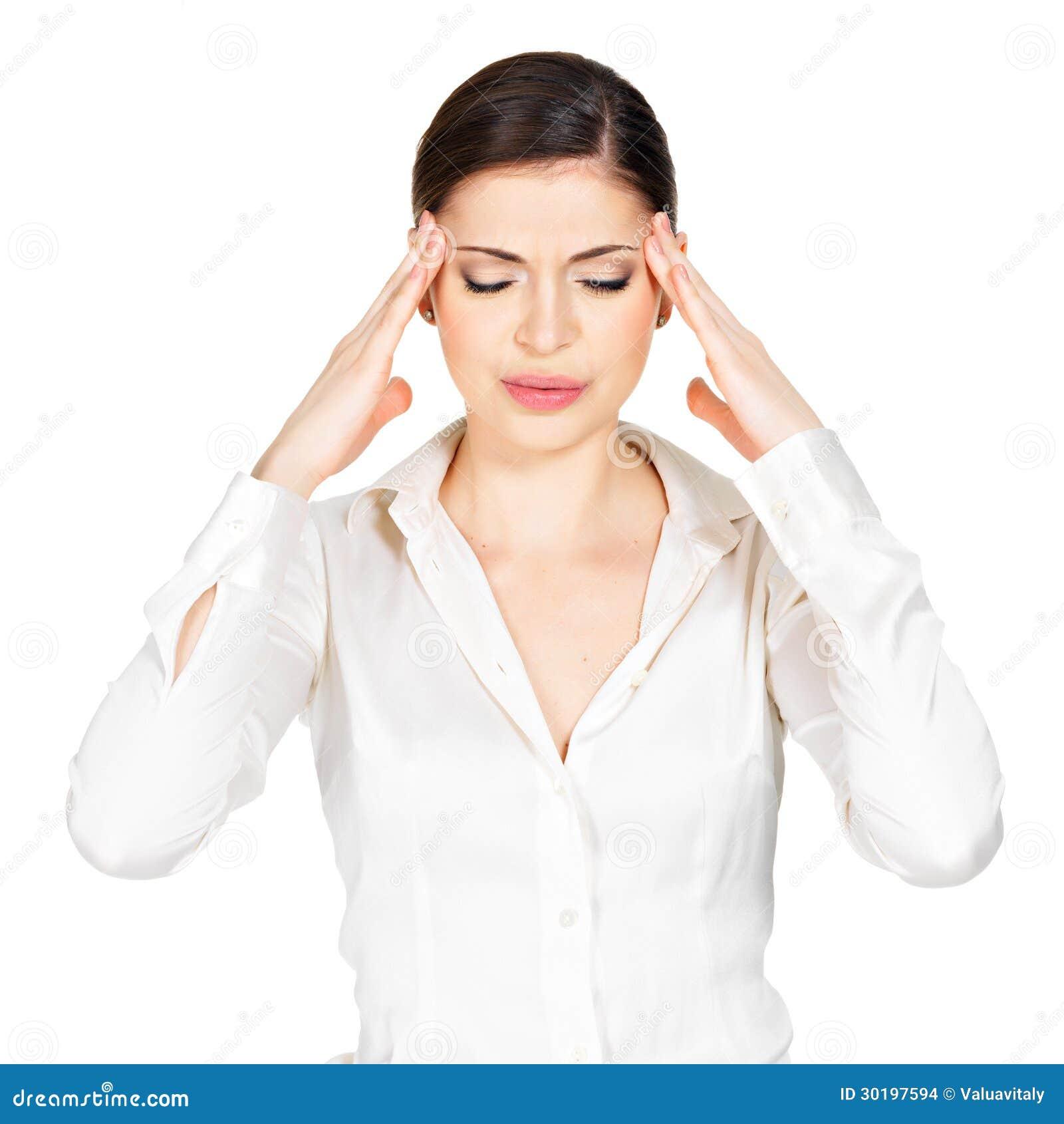 A mulher nos vidros com dor de cabeça espreme os templos