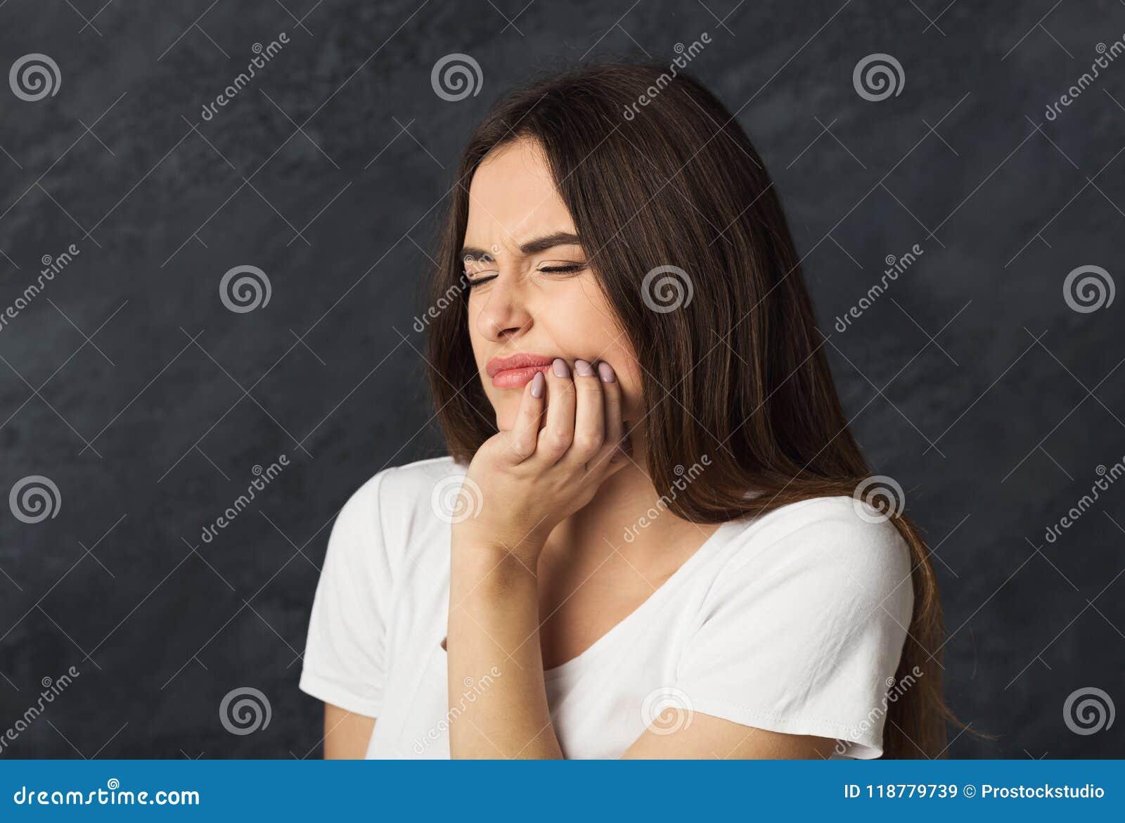 O retrato da jovem mulher tem a dor de cabeça