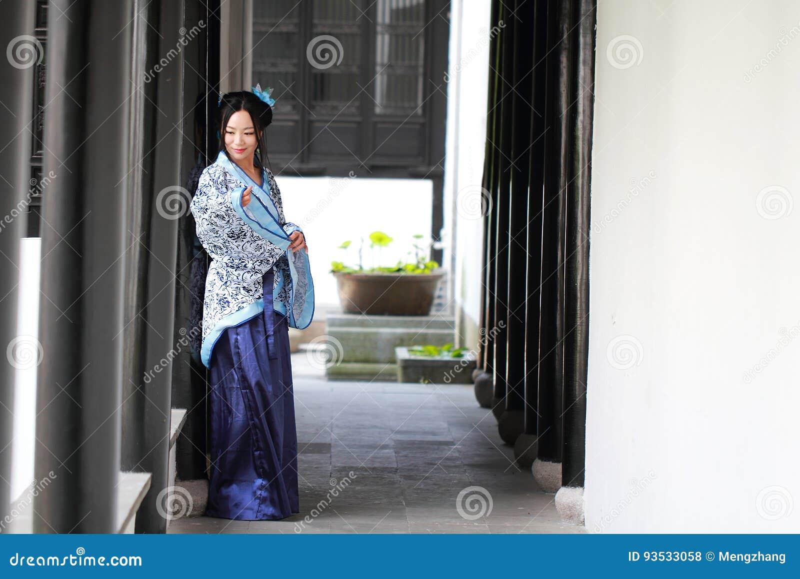 O retrato da menina chinesa asiática no vestido tradicional, veste o estilo azul e branco Hanfu da porcelana
