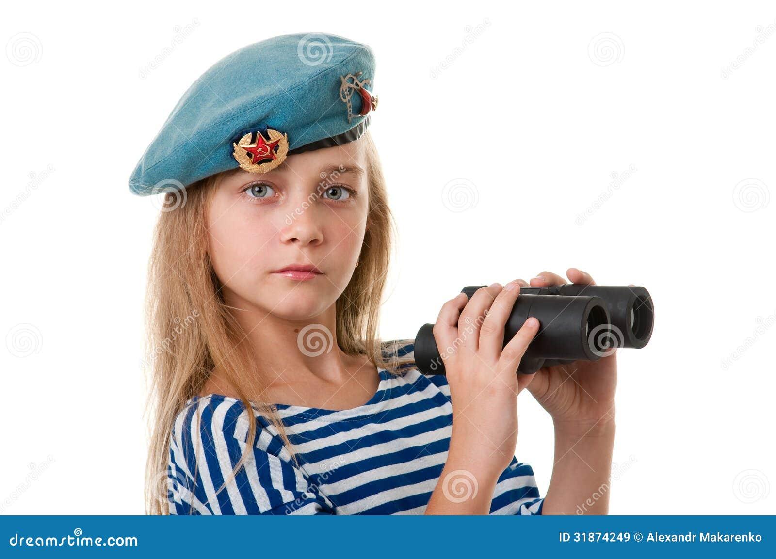 O retrato da menina na tropa está tomando, com binóculos dentro