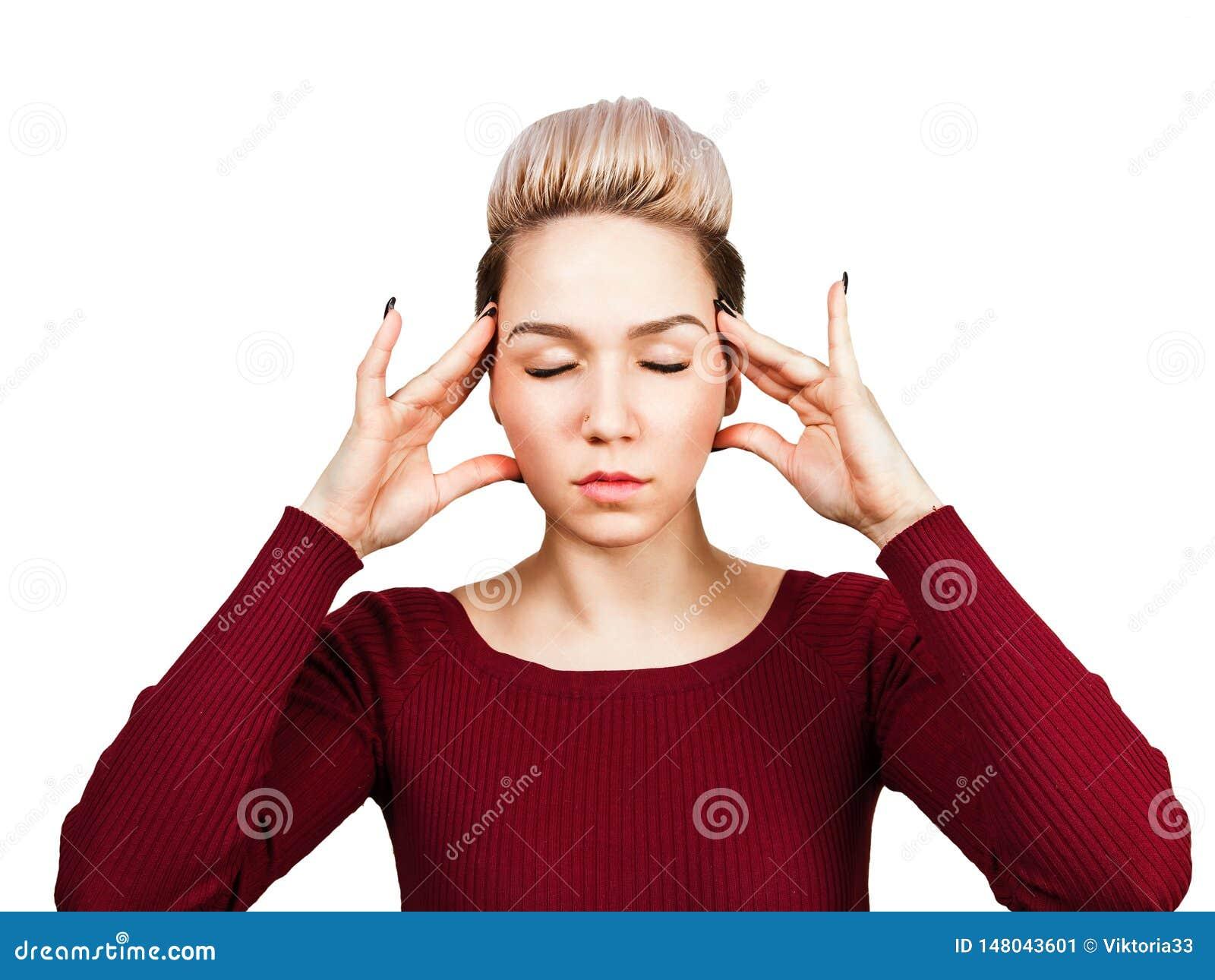 O retrato da mulher bonita nova tem a dor de cabeça, isolada no fundo branco